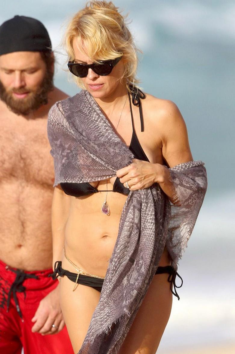 Pamela Anderson: Με αποκαλυπτικό μπικίνι και... αλυσίδες στα επίμαχα! 2