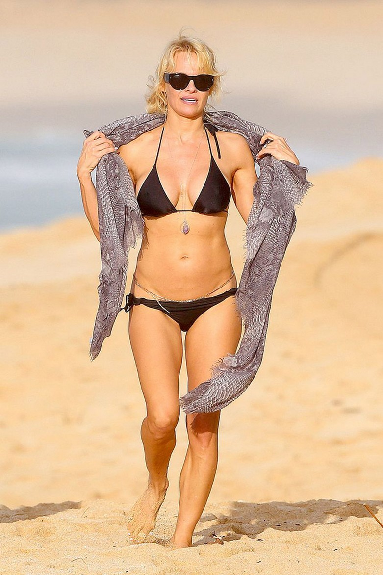 Pamela Anderson: Με αποκαλυπτικό μπικίνι και... αλυσίδες στα επίμαχα! 3
