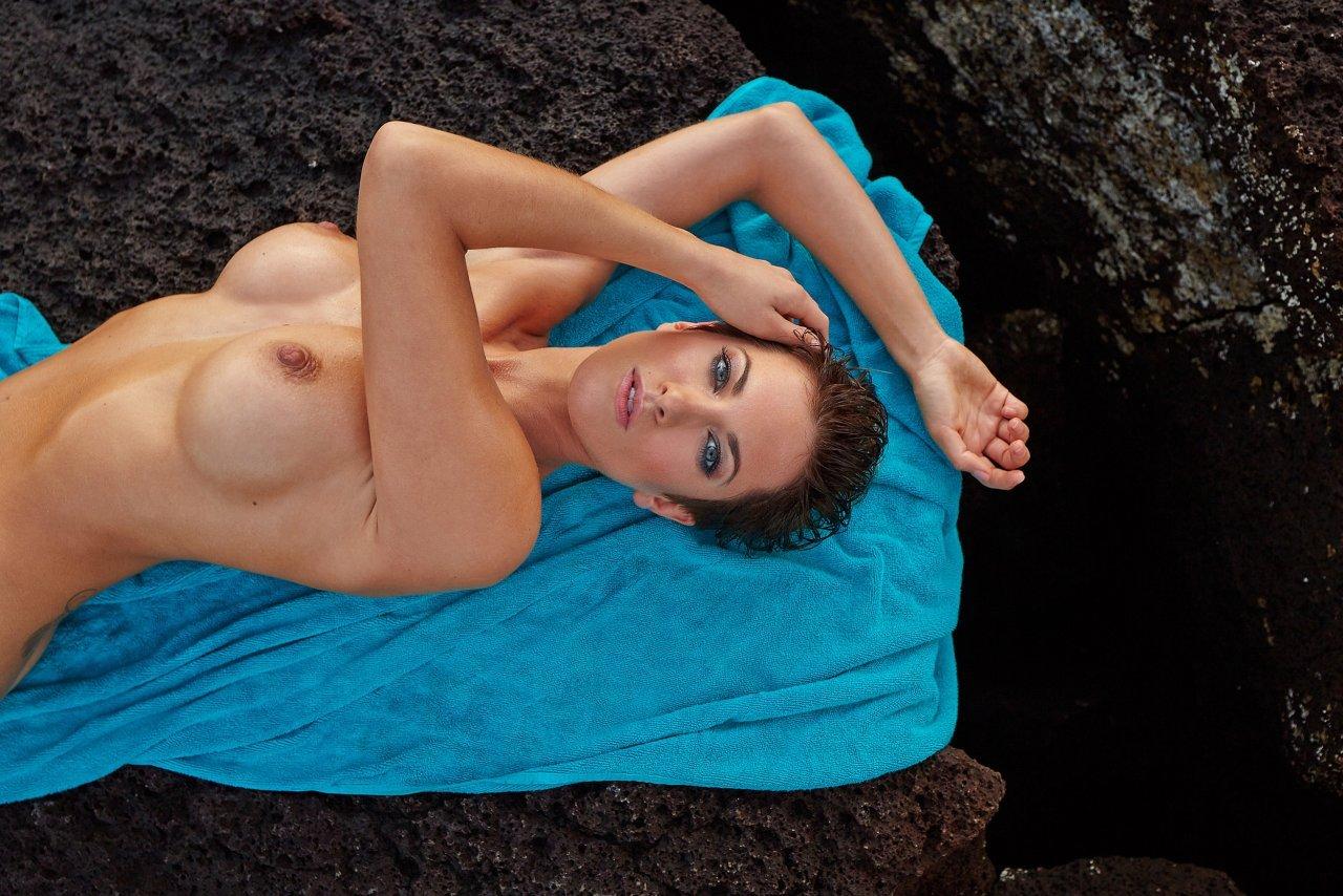 Isabell Horn Naked 33