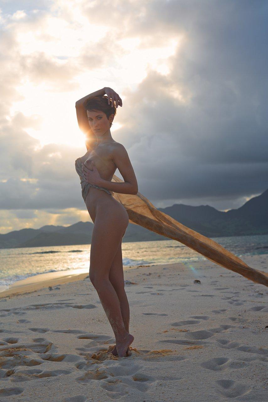 Isabell Horn Naked 38