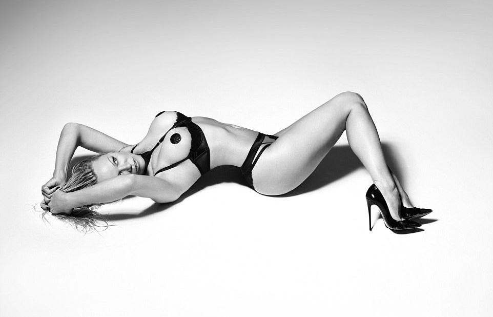 Pamela Anderson: Ανάβει Φωτιές Στα 50 Της Σε Διαφήμιση «Ερωτικών» Εσωρούχων! 2