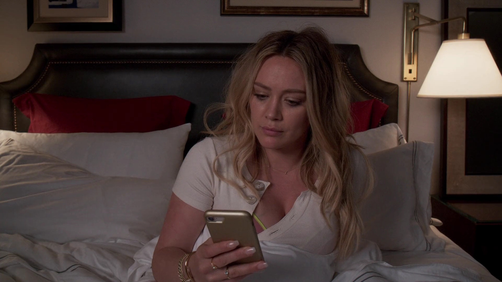 Hilary Duff Sexy – Younger 011