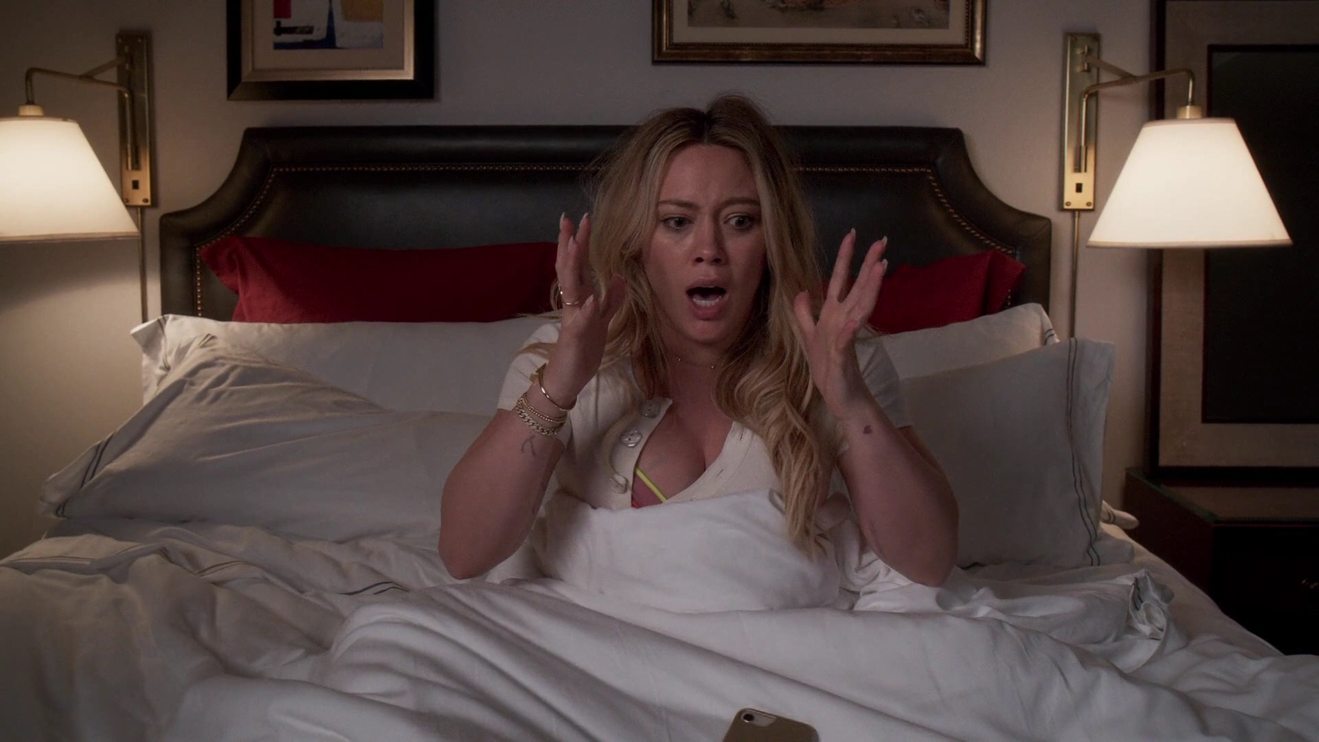 Hilary Duff Sexy – Younger 012