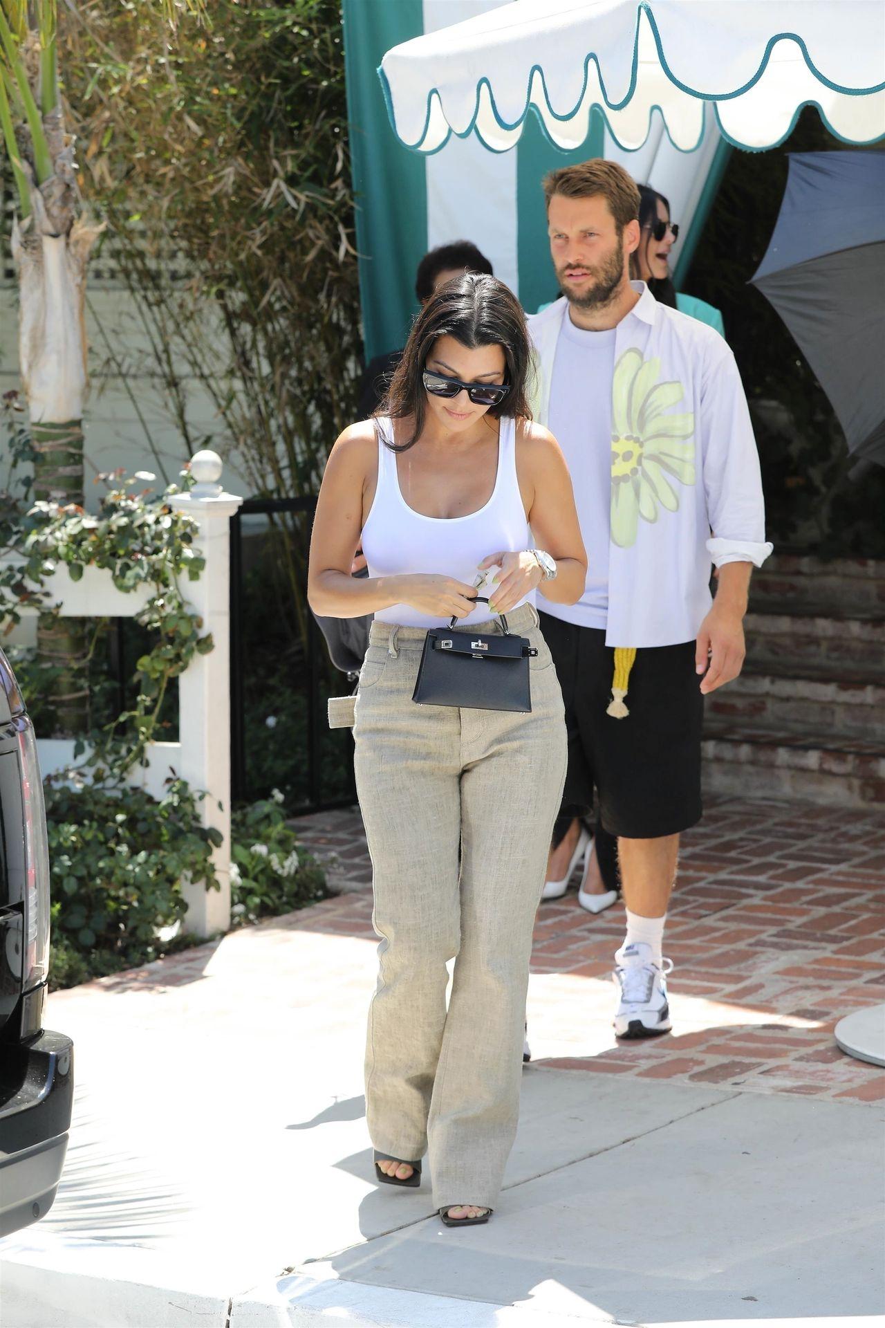Kourtney Kardashian Braless 010