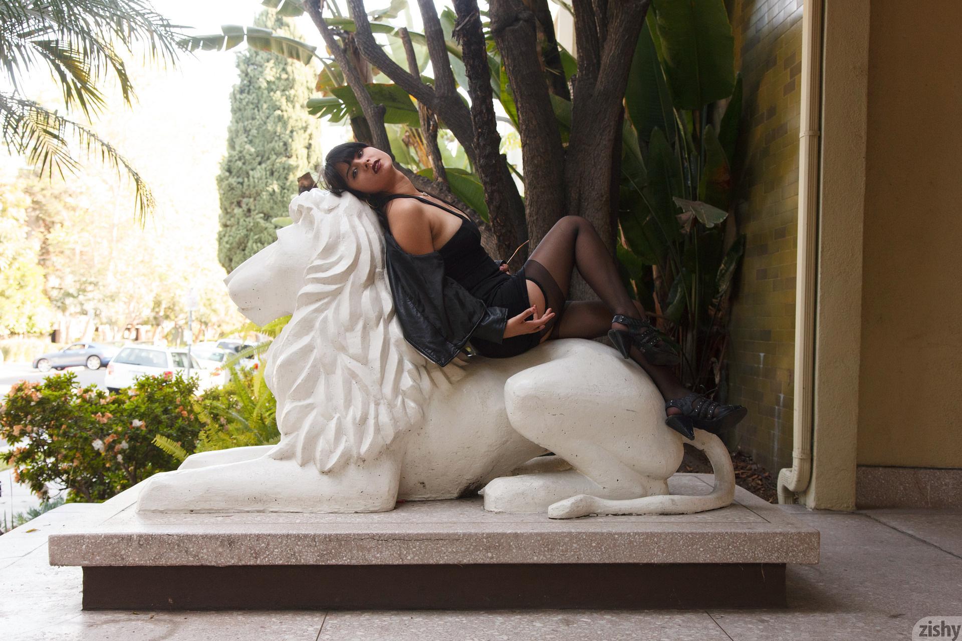 Amber Santos Bentleys And No Fux Zishy (5)