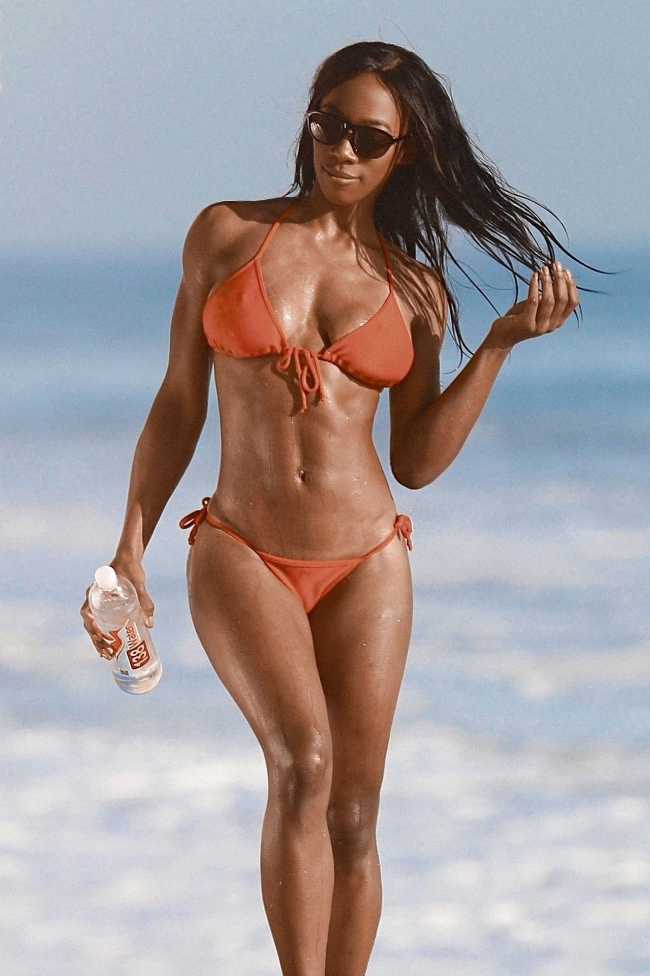 Adrianne Nina Sexy & Topless 0002