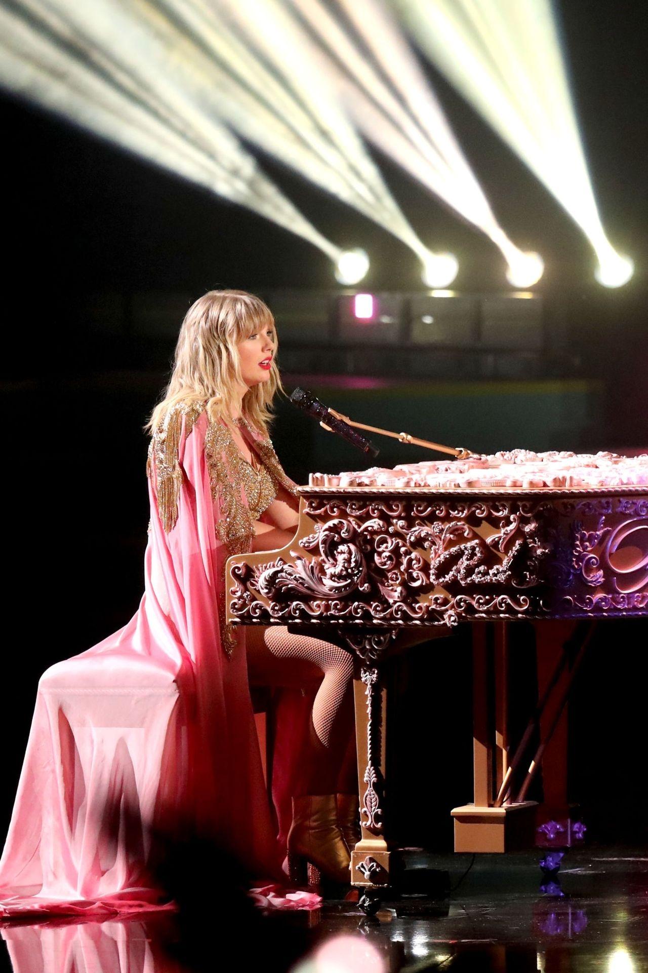 Taylor Swift Sexy 0121