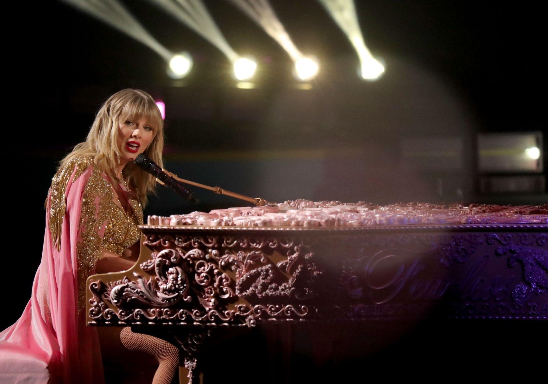 Taylor Swift Sexy 0122