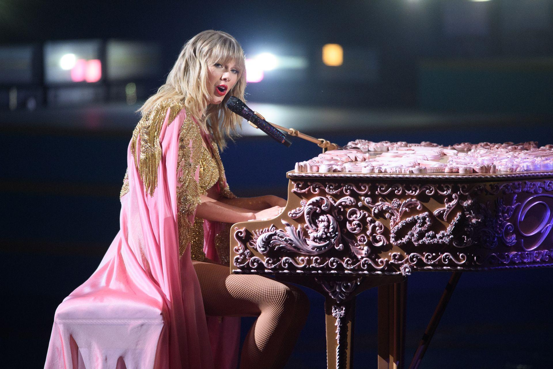 Taylor Swift Sexy 0124