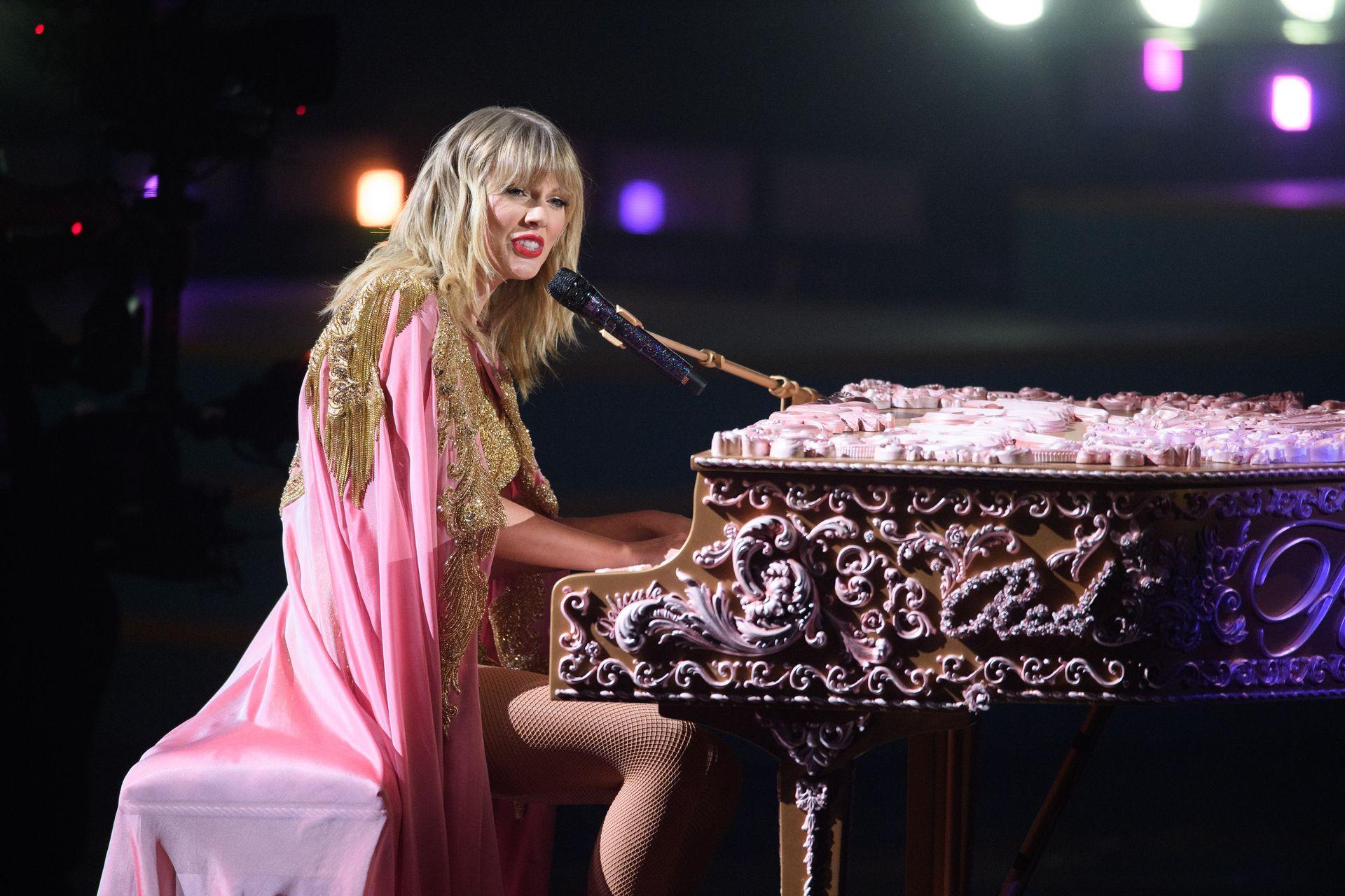 Taylor Swift Sexy 0125