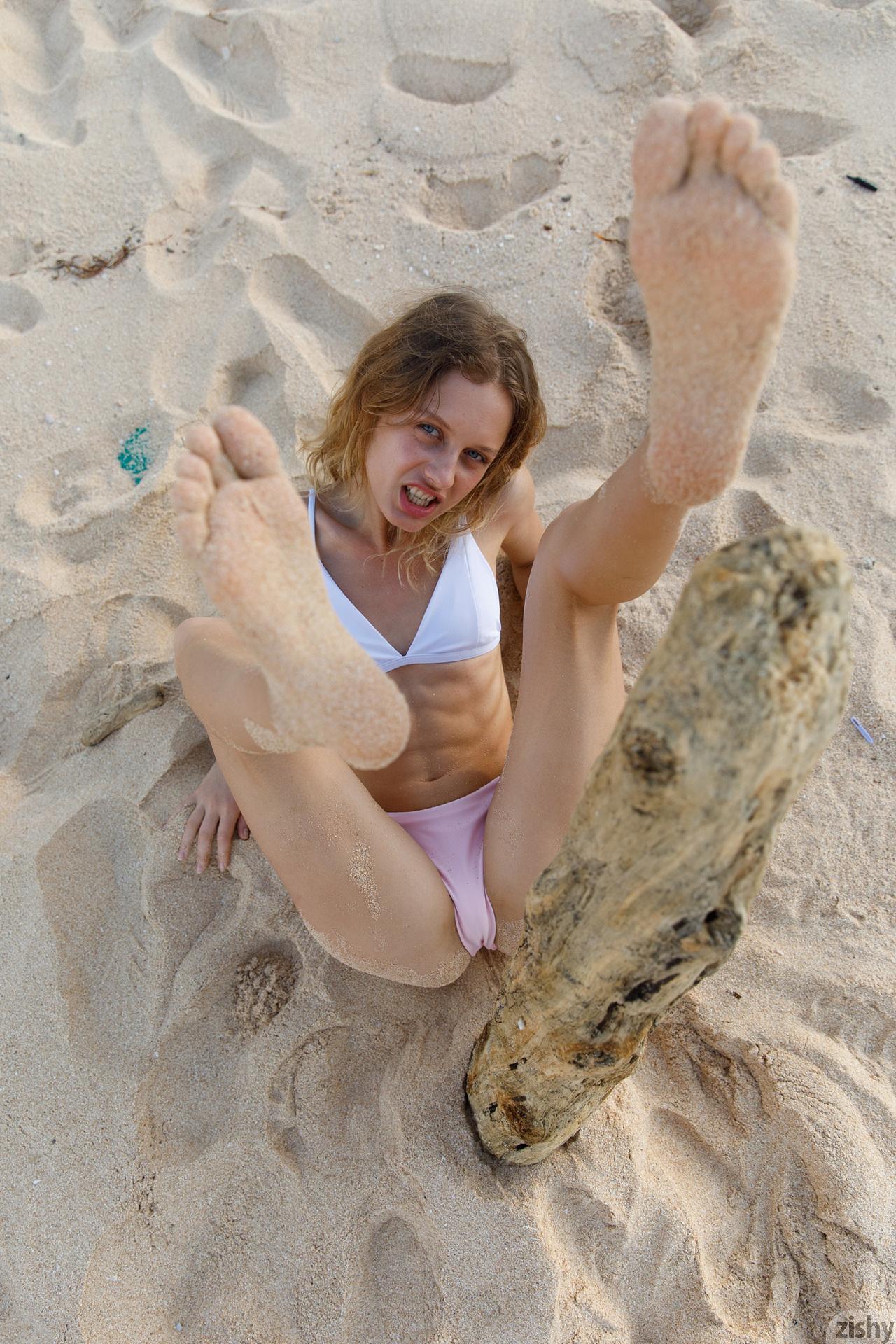 Sonia Clarice On Trashy Beach Zishy (12)