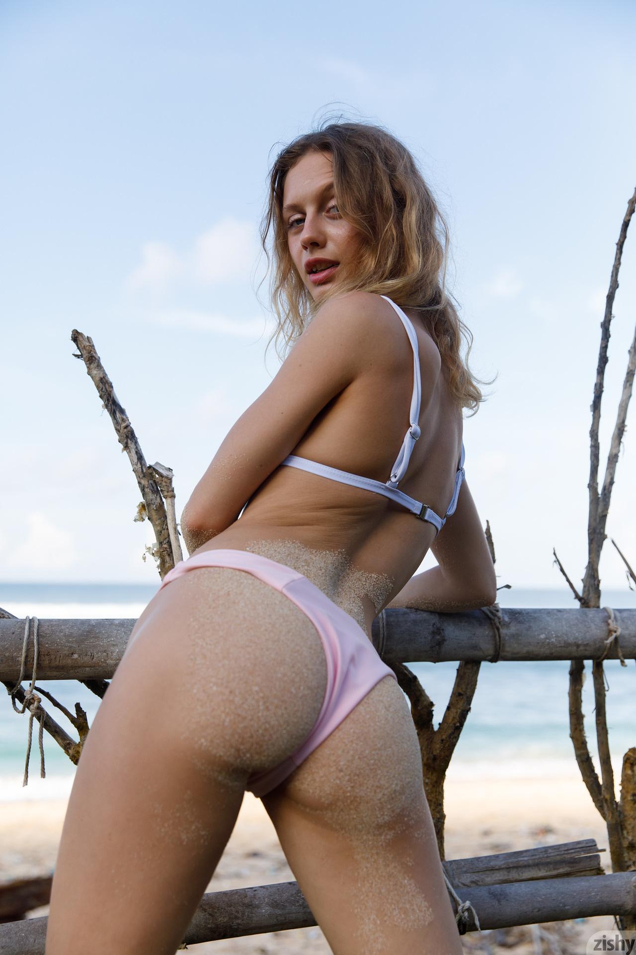 Sonia Clarice On Trashy Beach Zishy (14)