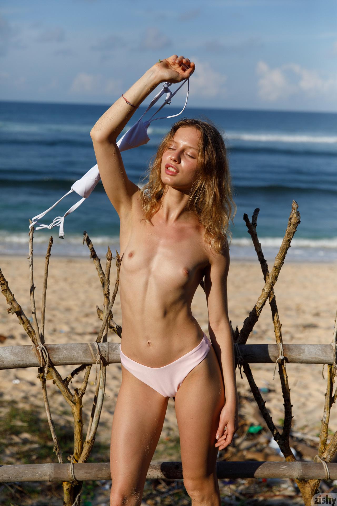 Sonia Clarice On Trashy Beach Zishy (22)