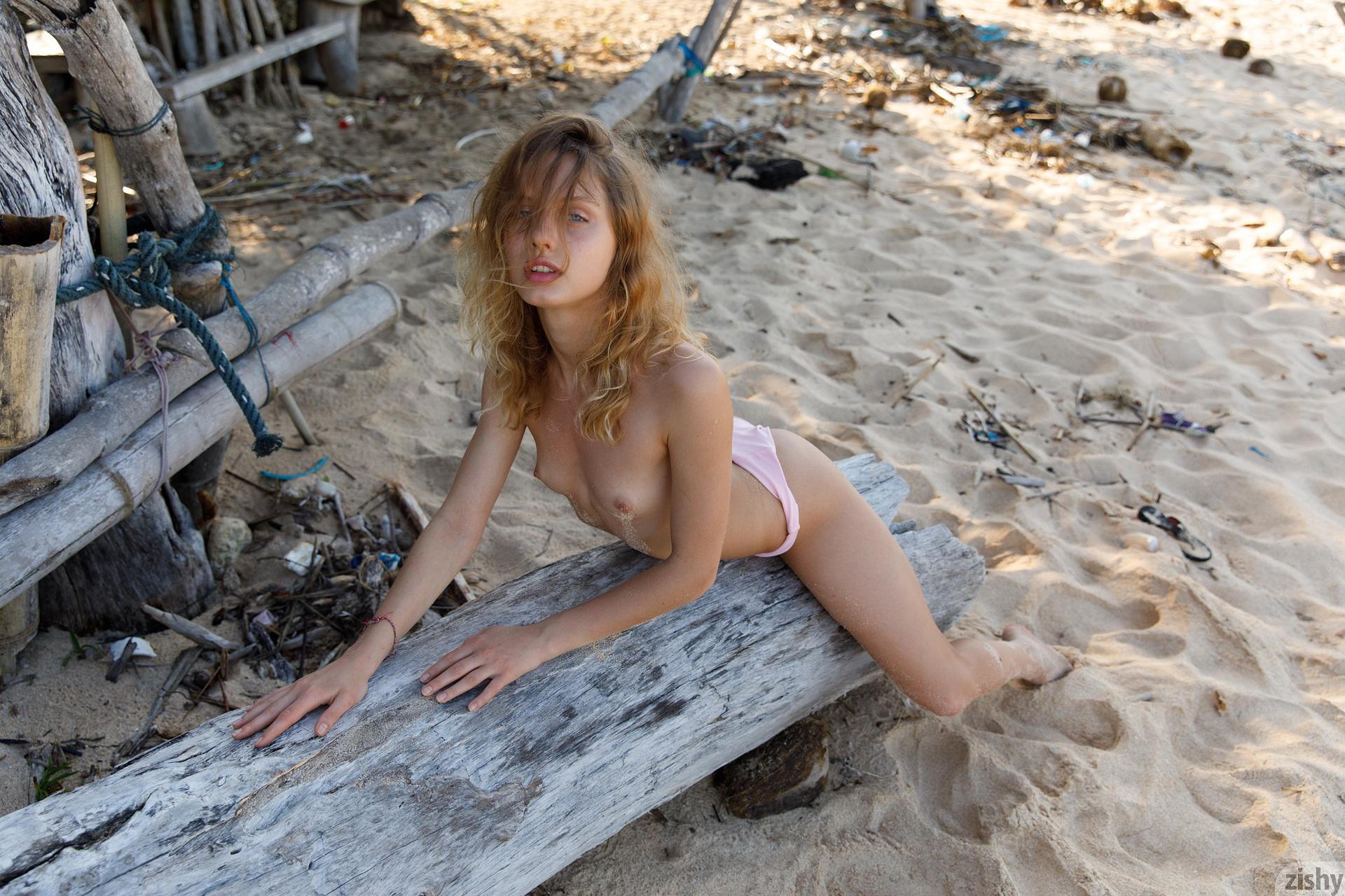 Sonia Clarice On Trashy Beach Zishy (36)