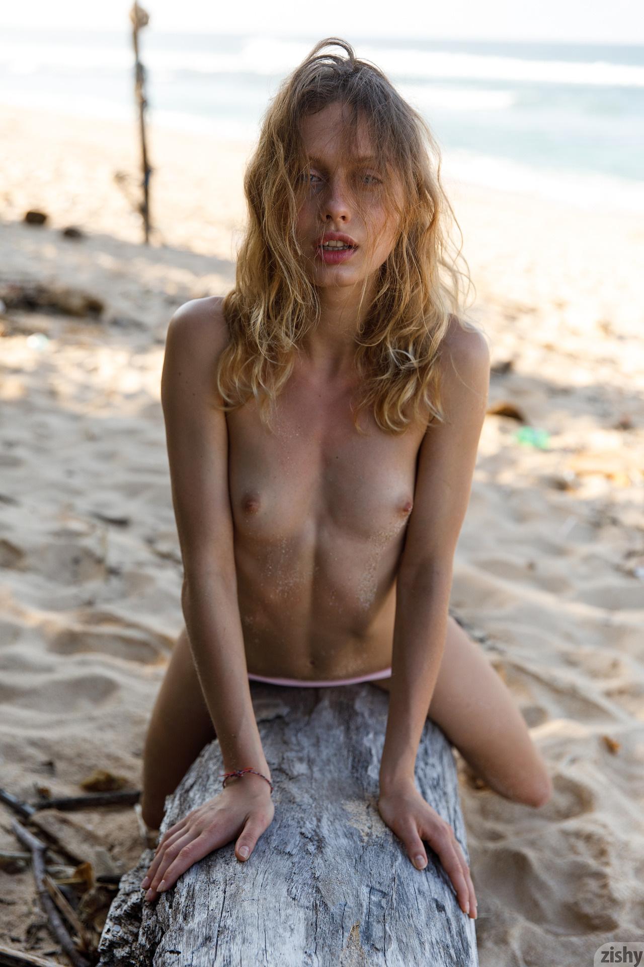 Sonia Clarice On Trashy Beach Zishy (39)