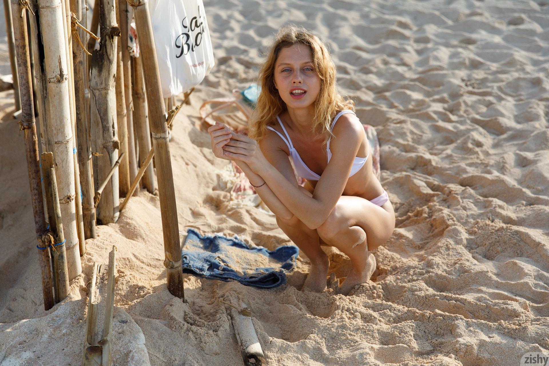 Sonia Clarice On Trashy Beach Zishy (5)
