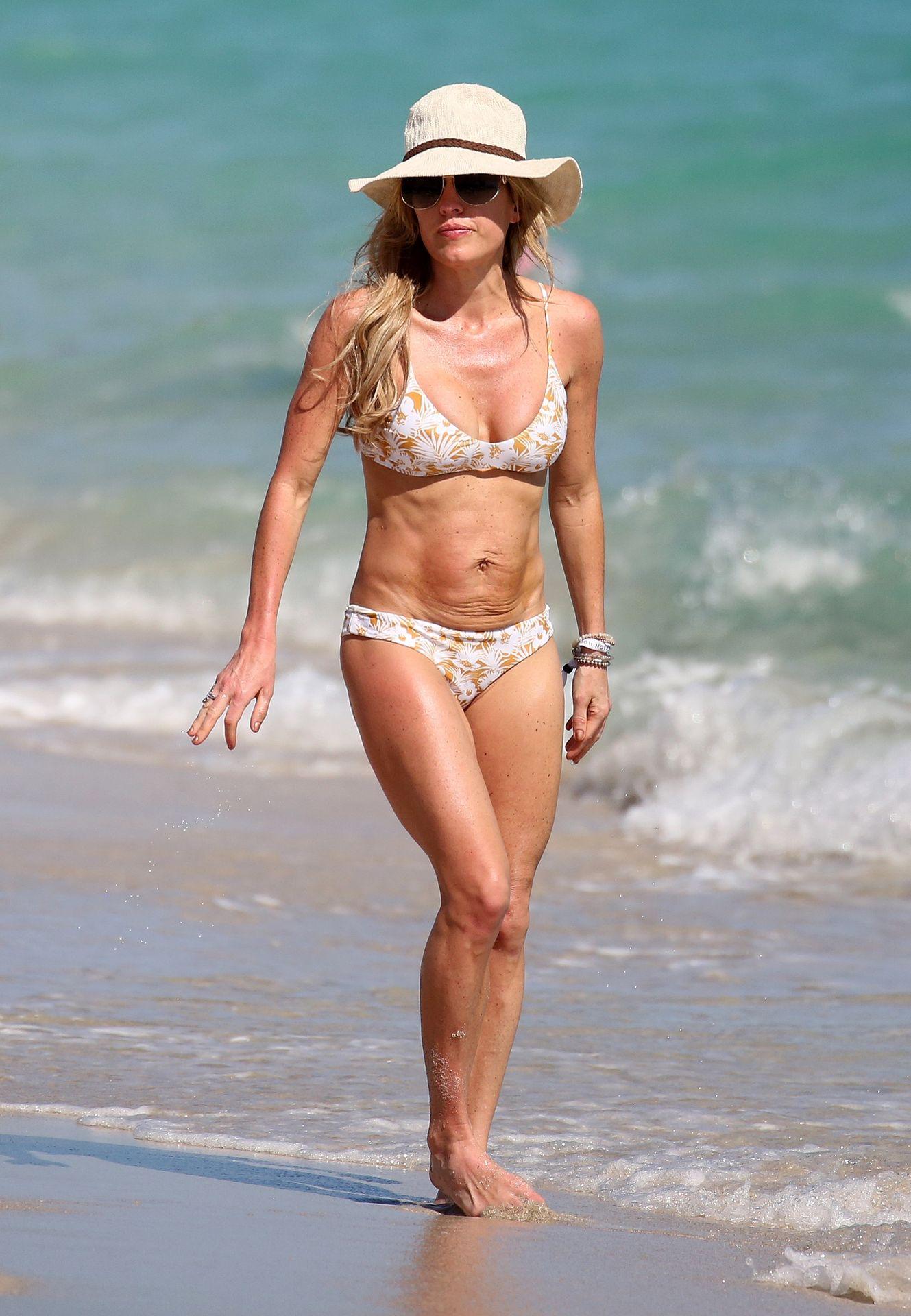 Braunwyn Windham Burke Wears A Bikini On The Beach In Miami 0001
