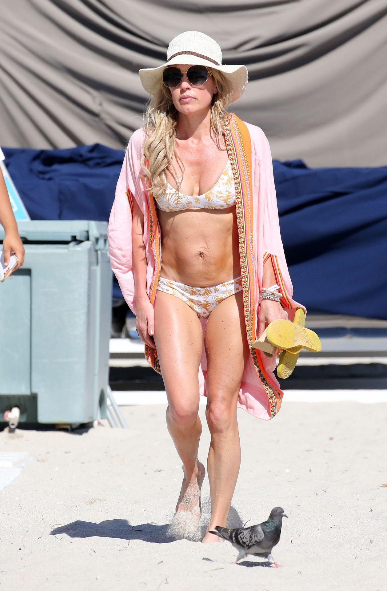 Braunwyn Windham Burke Wears A Bikini On The Beach In Miami 0002