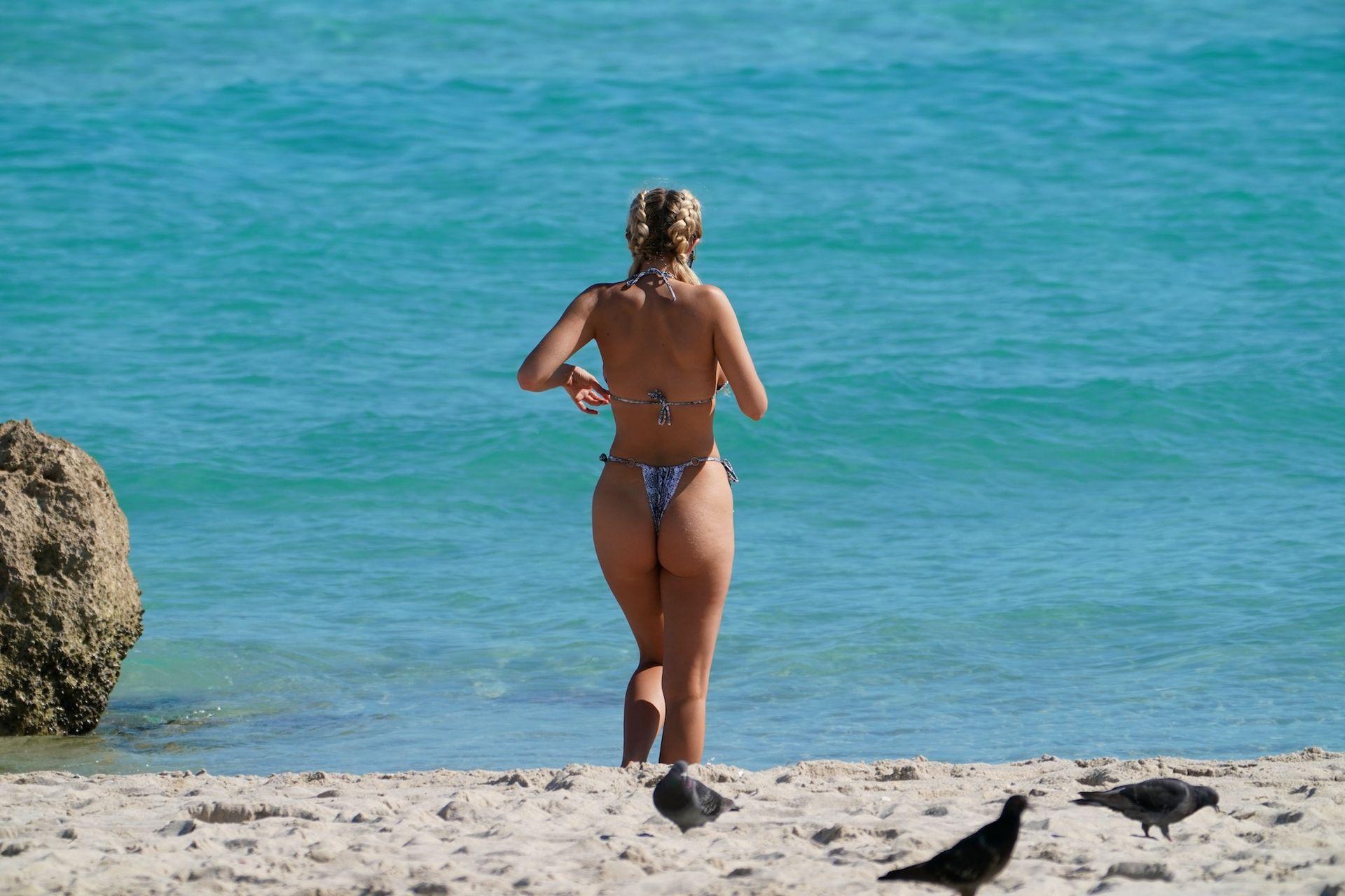 Chealse Sophia Howell Shows A Thong Bikini At The Beach In Miami 0003