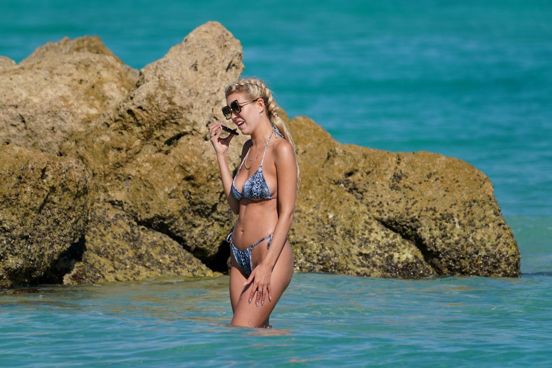 Chealse Sophia Howell Shows A Thong Bikini At The Beach In Miami 0011