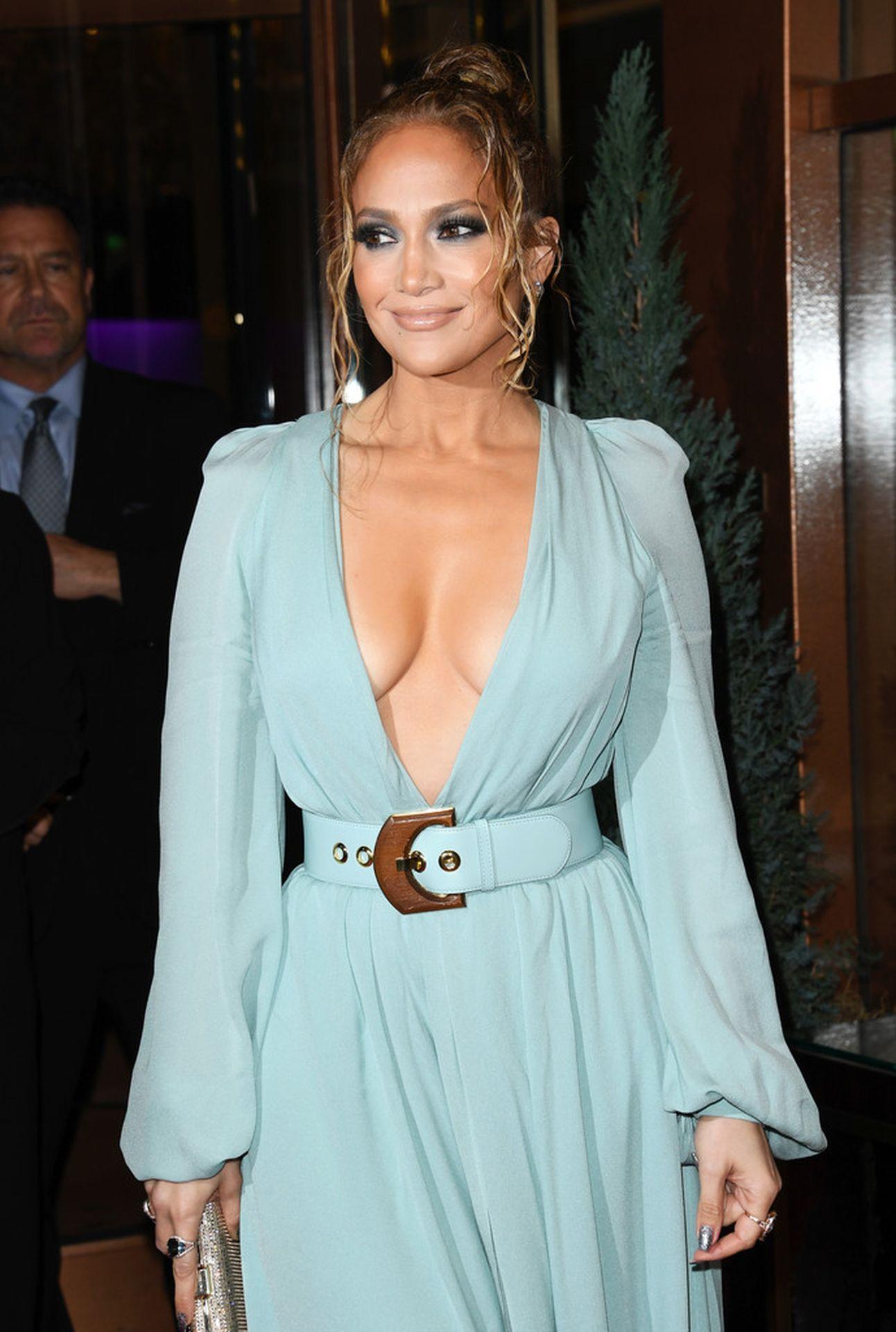 Jennifer Lopez Braless 0015