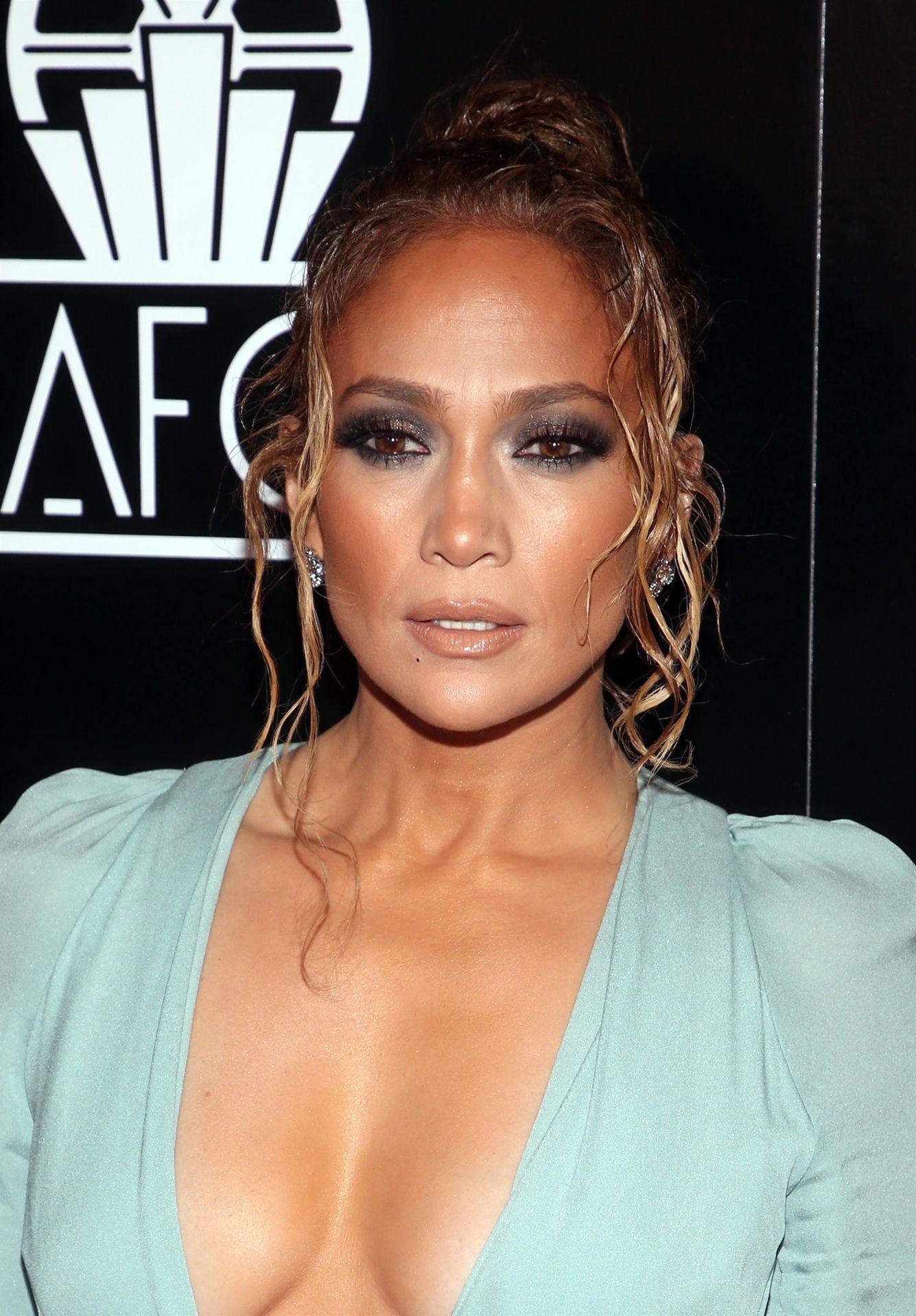 Jennifer Lopez Braless 0022