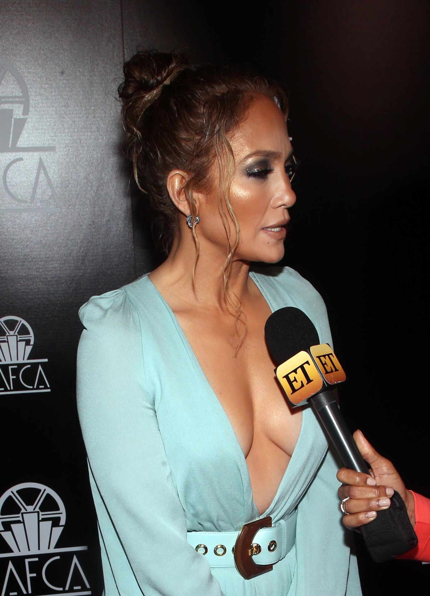 Jennifer Lopez Braless 0034