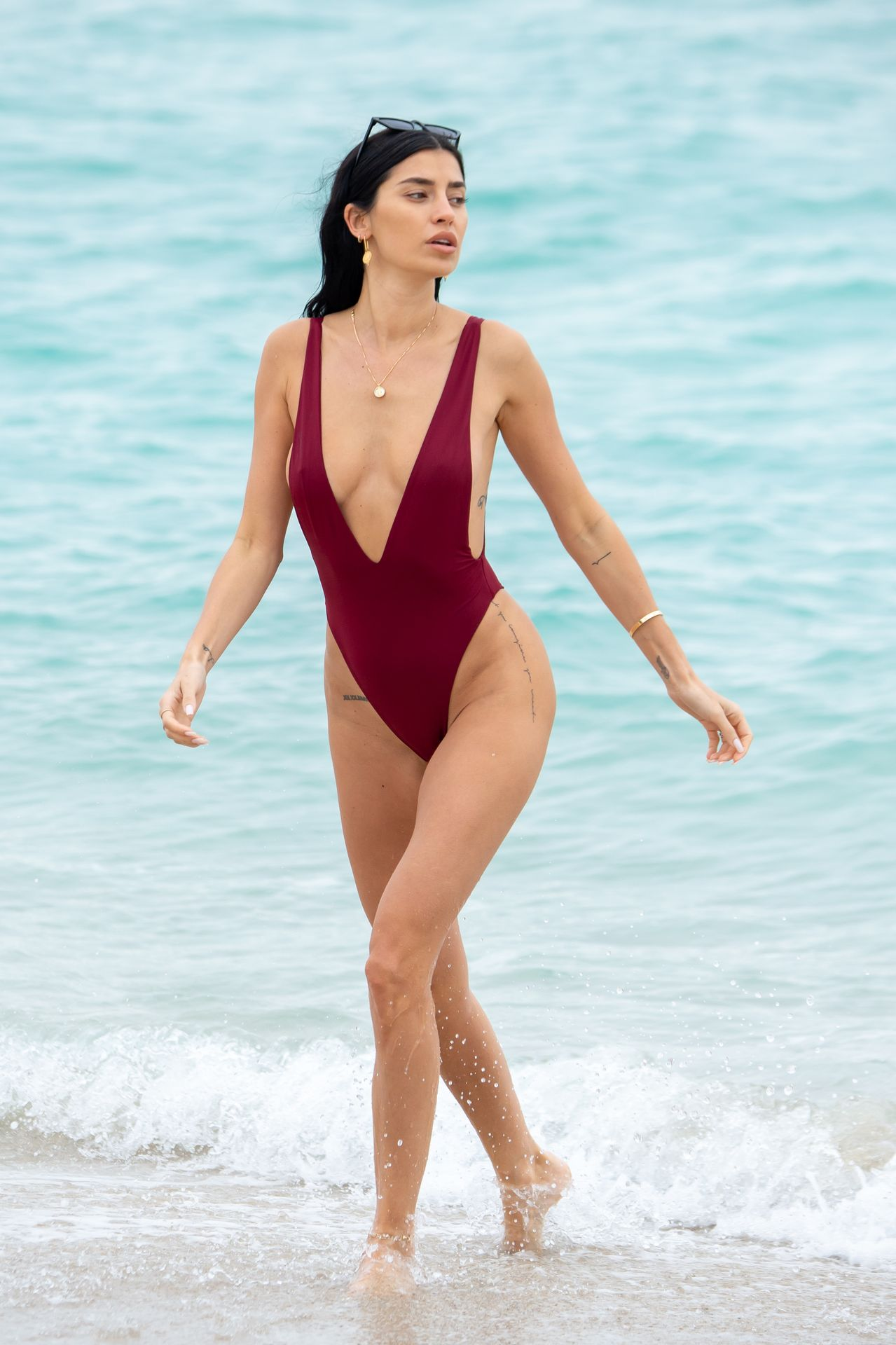 Nicole Williams Shows Off Her Amazing Curves In Miami 0001