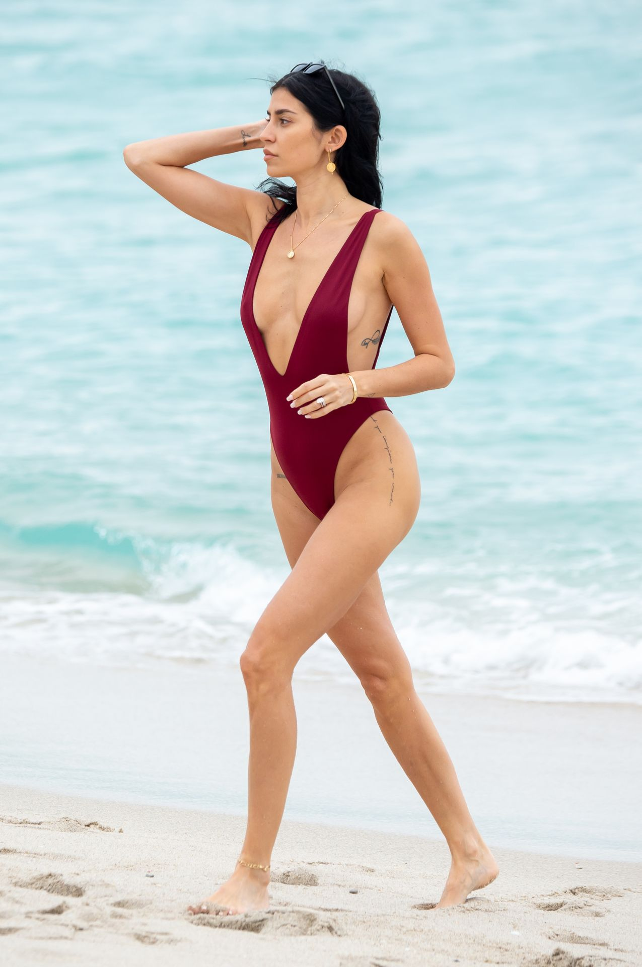 Nicole Williams Shows Off Her Amazing Curves In Miami 0011