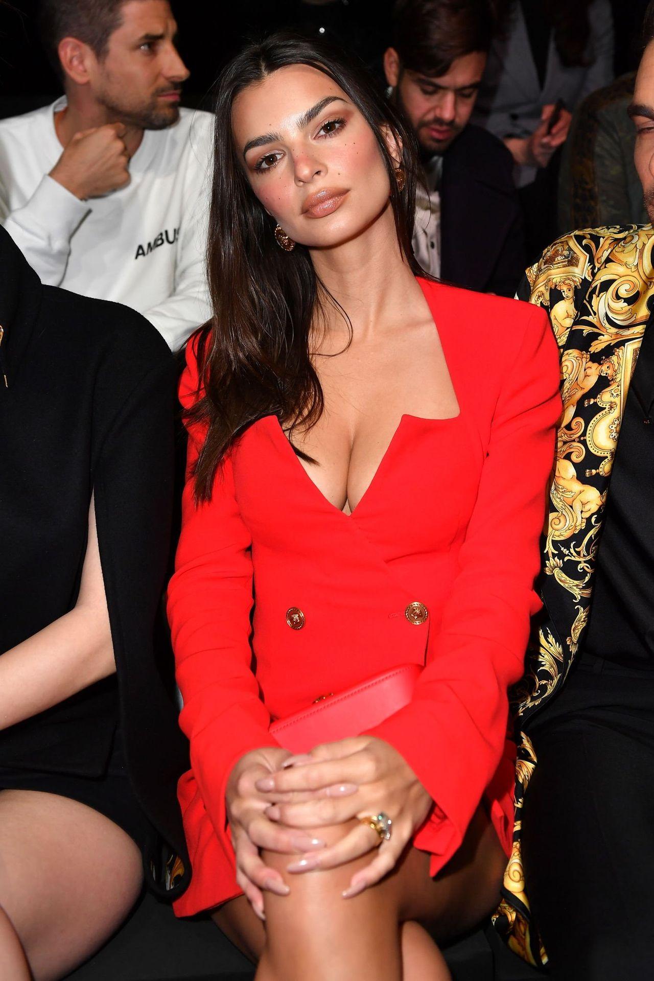 Emily Ratajkowski Stuns At The Versace Fashion Show During Milan Fashion Week 0015