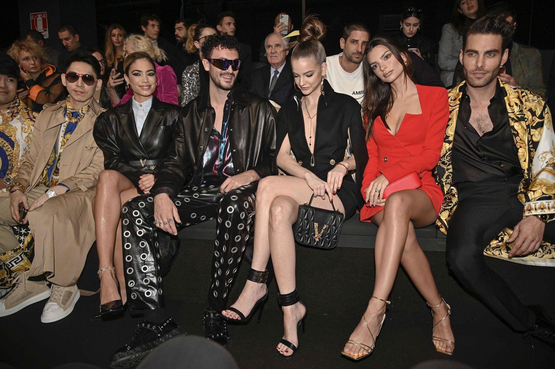 Emily Ratajkowski Stuns At The Versace Fashion Show During Milan Fashion Week 0040
