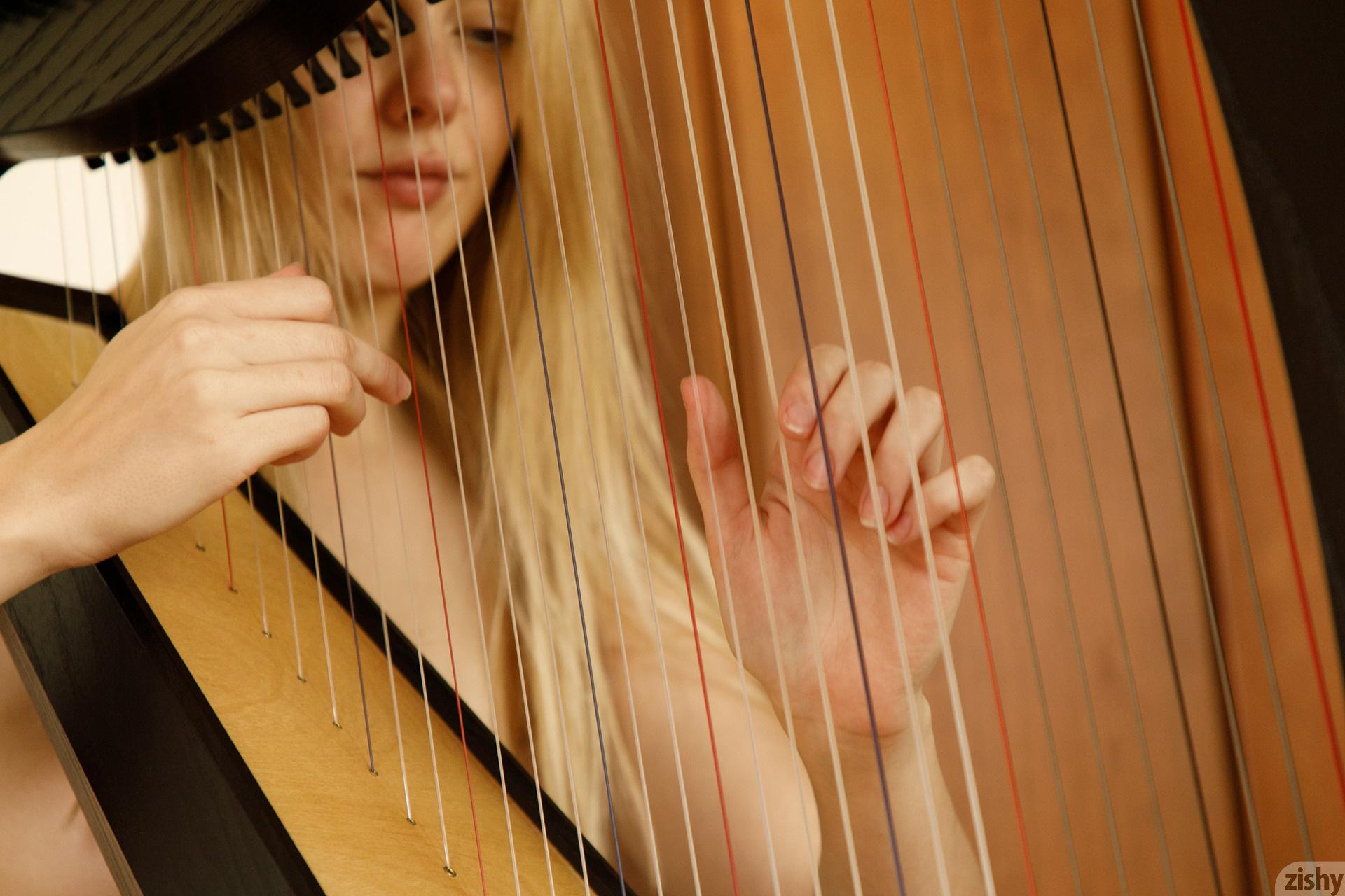 Helen Bergstrom Show Me Your Strings Zishy (20)