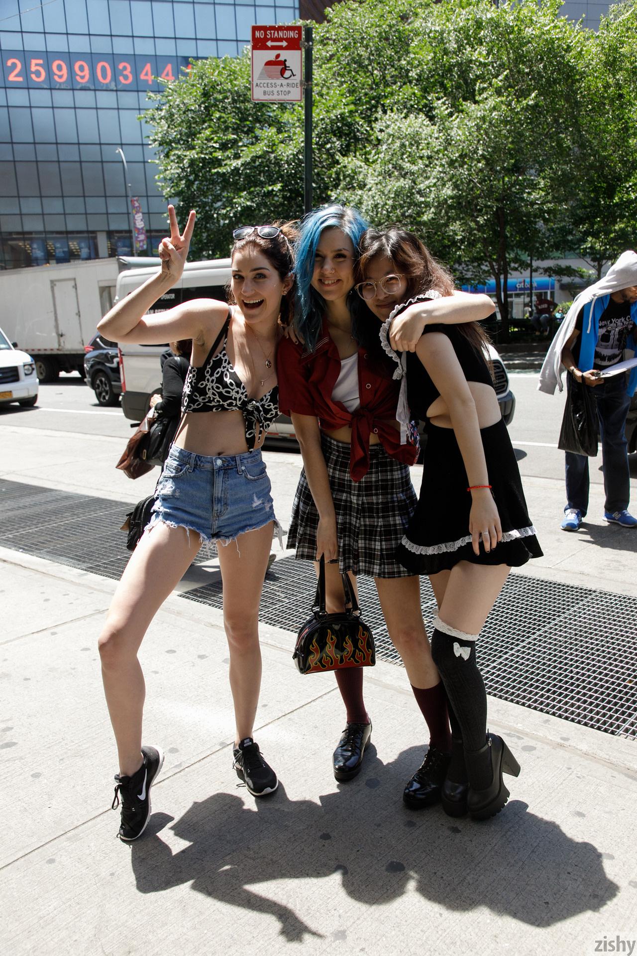 Three Girls One Schlub Zishy (1)