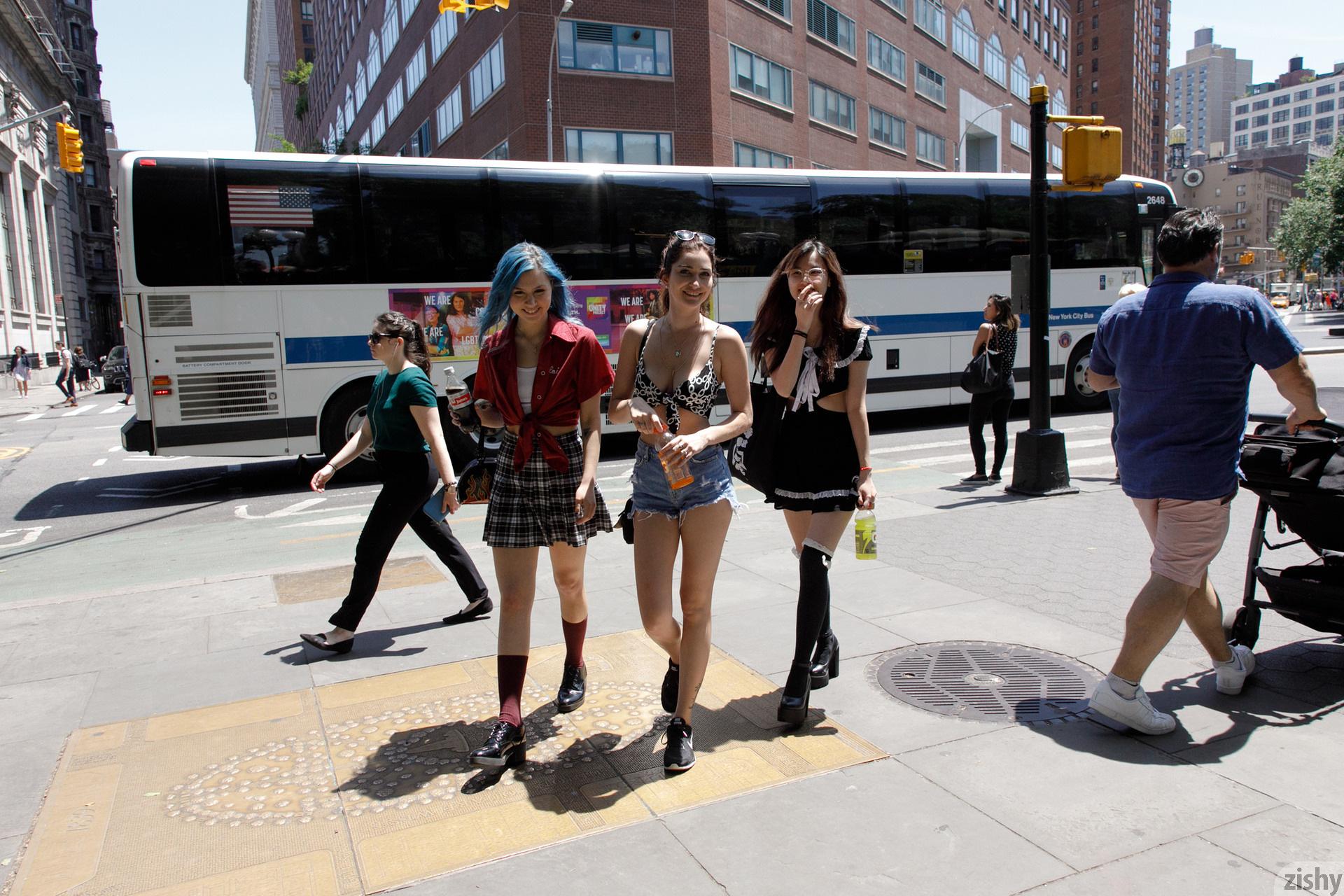 Three Girls One Schlub Zishy (11)