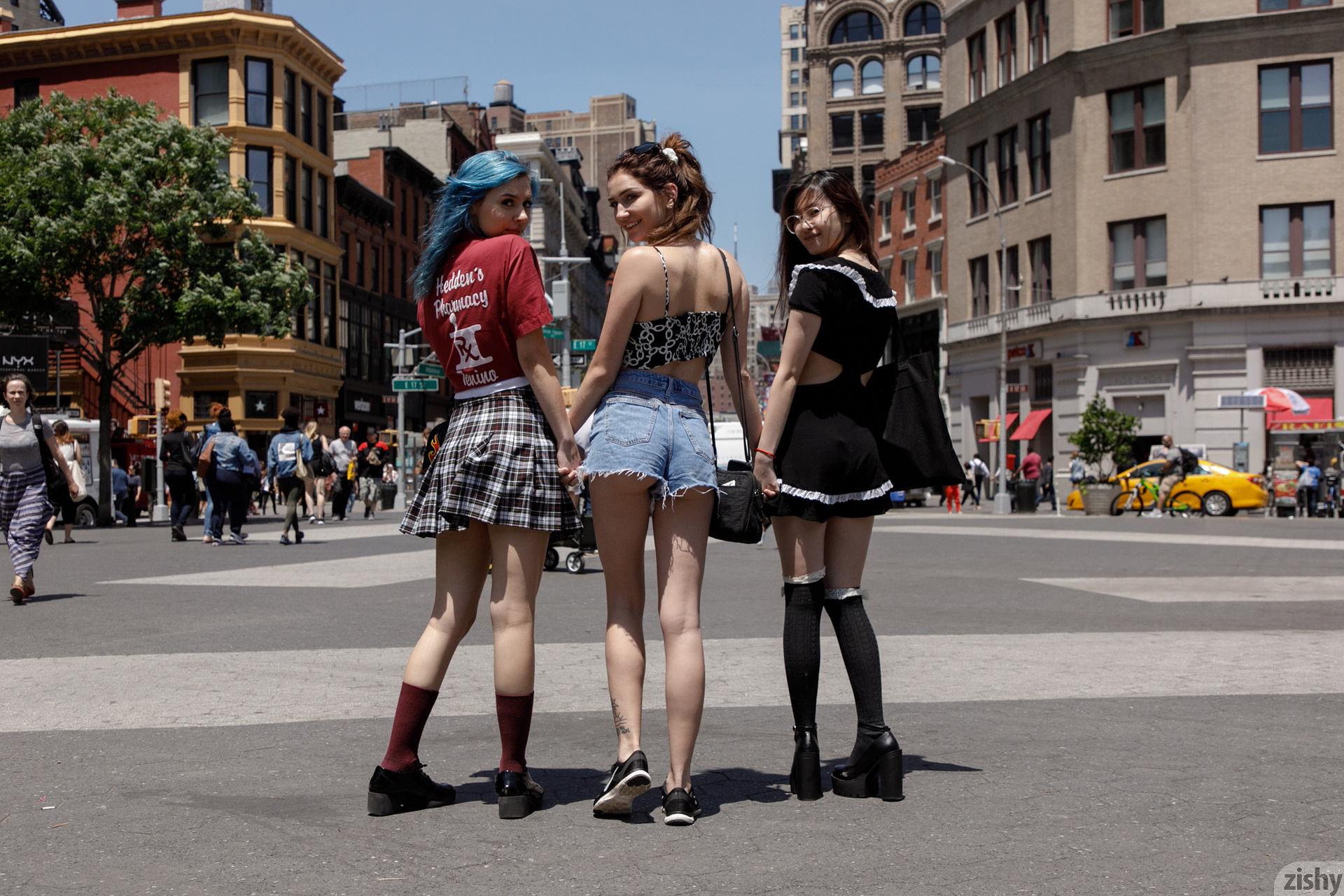 Three Girls One Schlub Zishy (15)