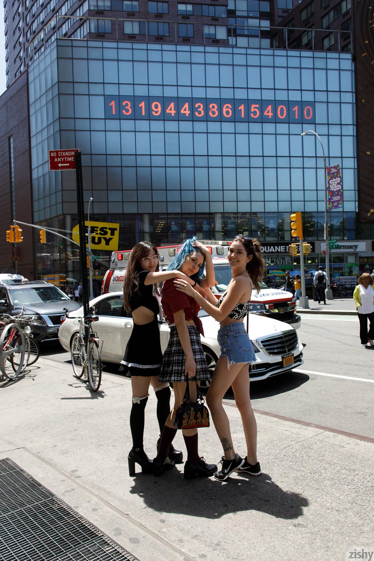Three Girls One Schlub Zishy (2)
