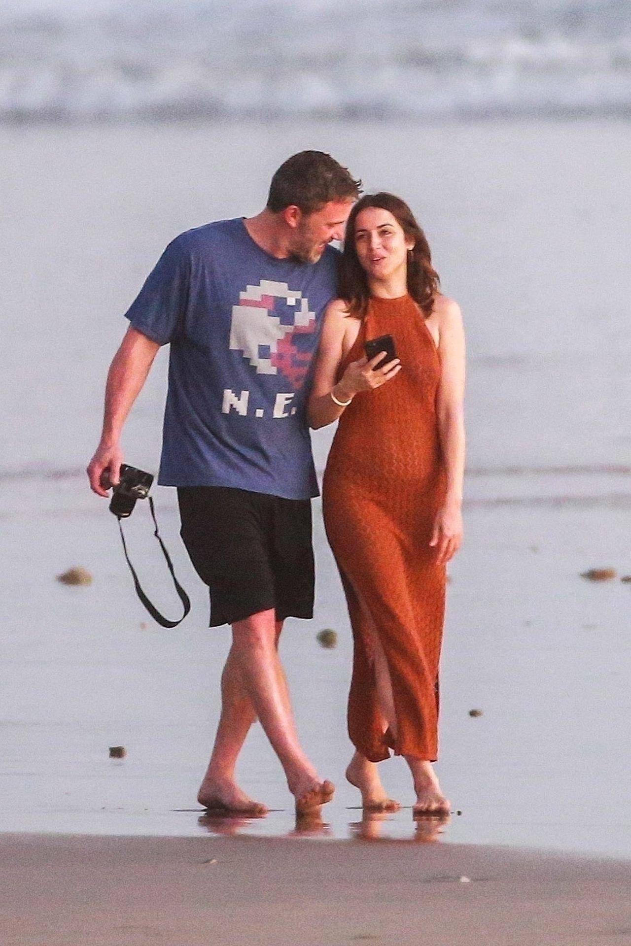 Ben Affleck & Ana De Armas Enjoy A Pda Moment During Romantic Beach Stroll In Costa Rica 0002