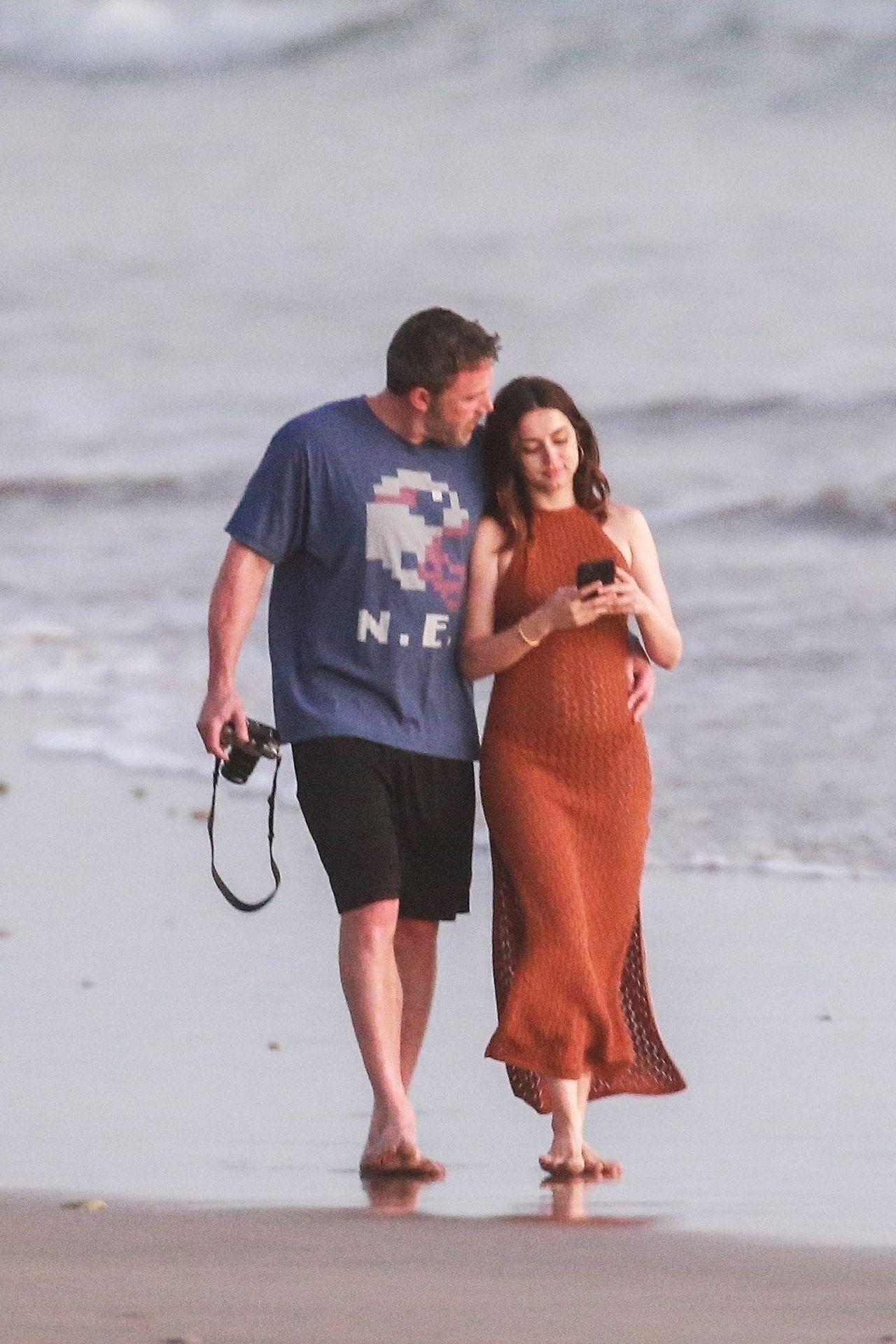 Ben Affleck & Ana De Armas Enjoy A Pda Moment During Romantic Beach Stroll In Costa Rica 0003