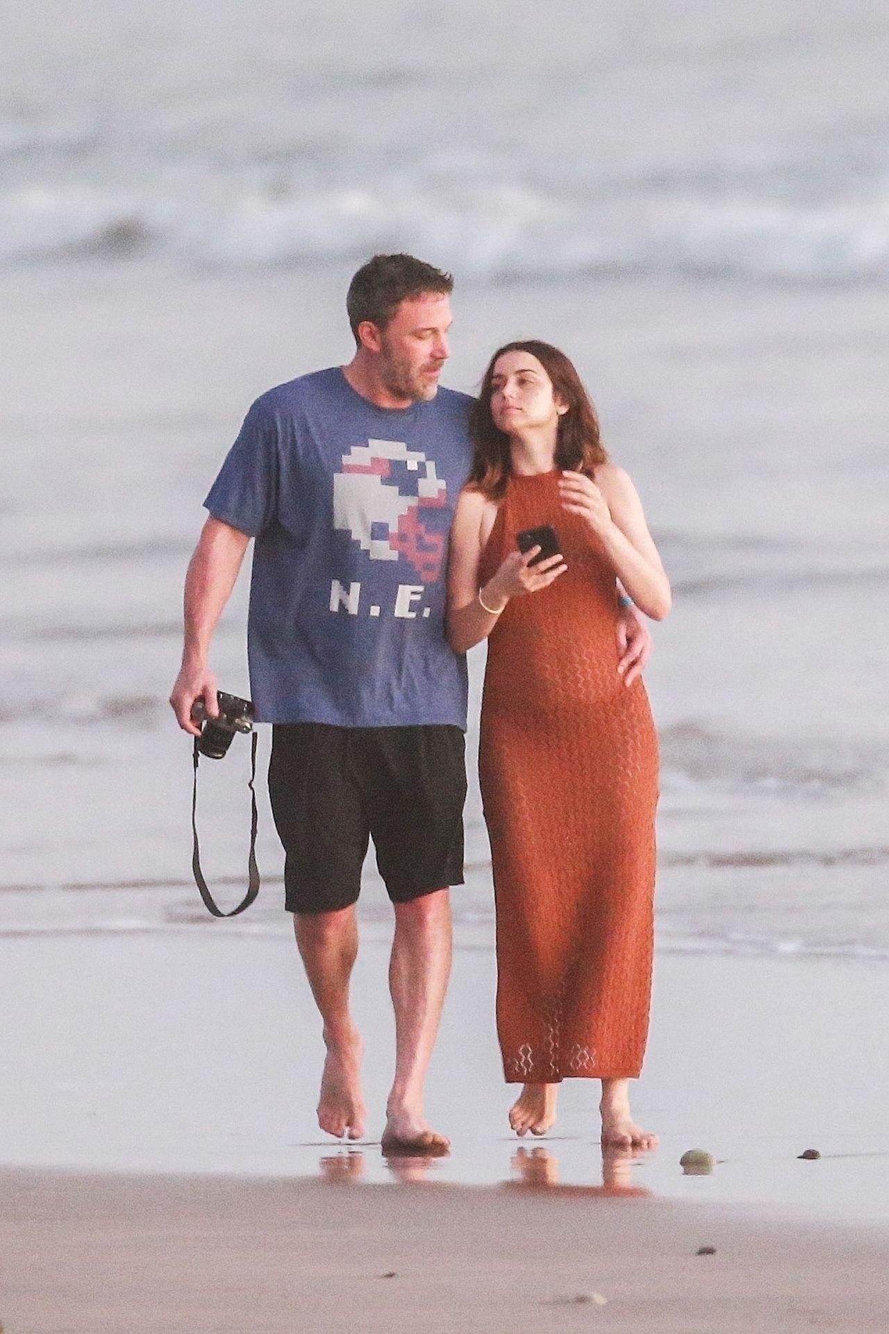 Ben Affleck & Ana De Armas Enjoy A Pda Moment During Romantic Beach Stroll In Costa Rica 0004