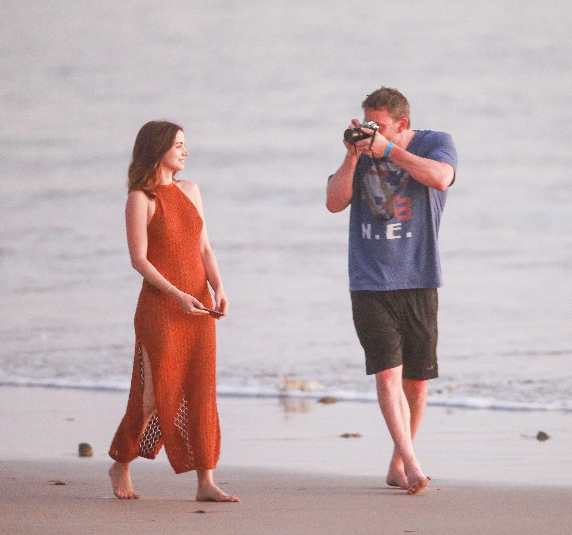 Ben Affleck & Ana De Armas Enjoy A Pda Moment During Romantic Beach Stroll In Costa Rica 0005