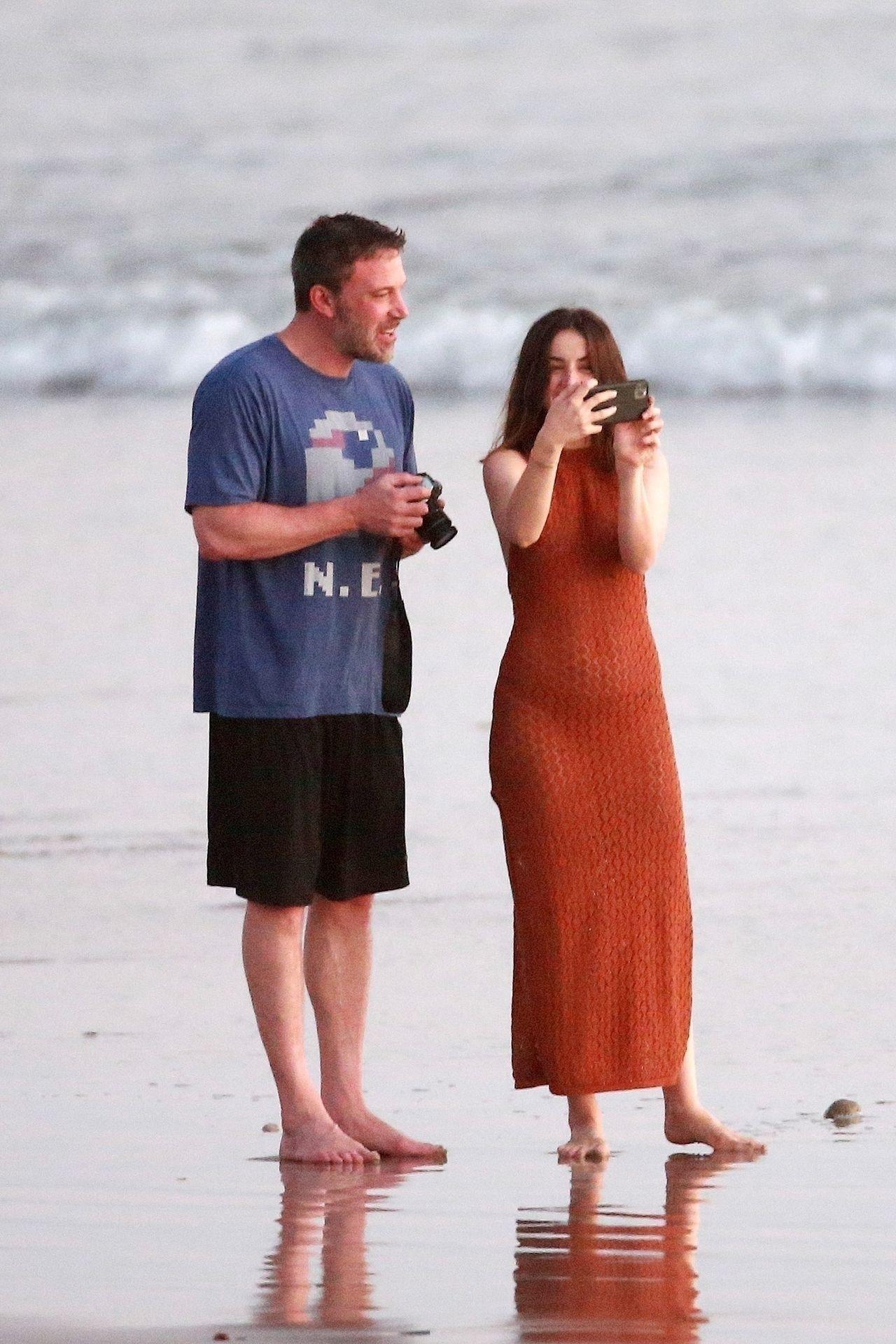Ben Affleck & Ana De Armas Enjoy A Pda Moment During Romantic Beach Stroll In Costa Rica 0006