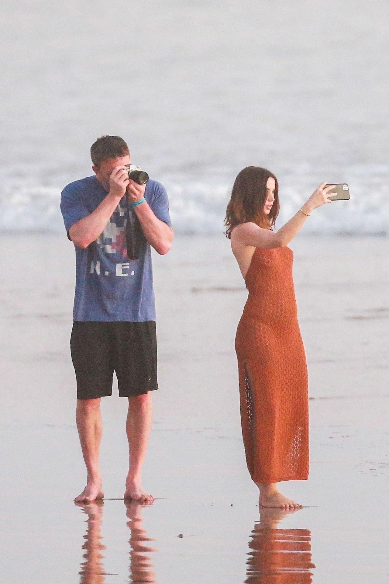 Ben Affleck & Ana De Armas Enjoy A Pda Moment During Romantic Beach Stroll In Costa Rica 0007