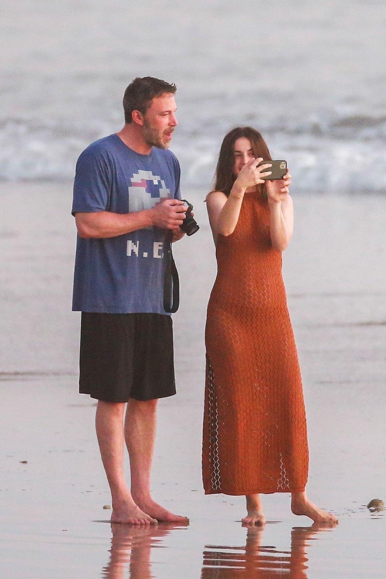 Ben Affleck & Ana De Armas Enjoy A Pda Moment During Romantic Beach Stroll In Costa Rica 0009