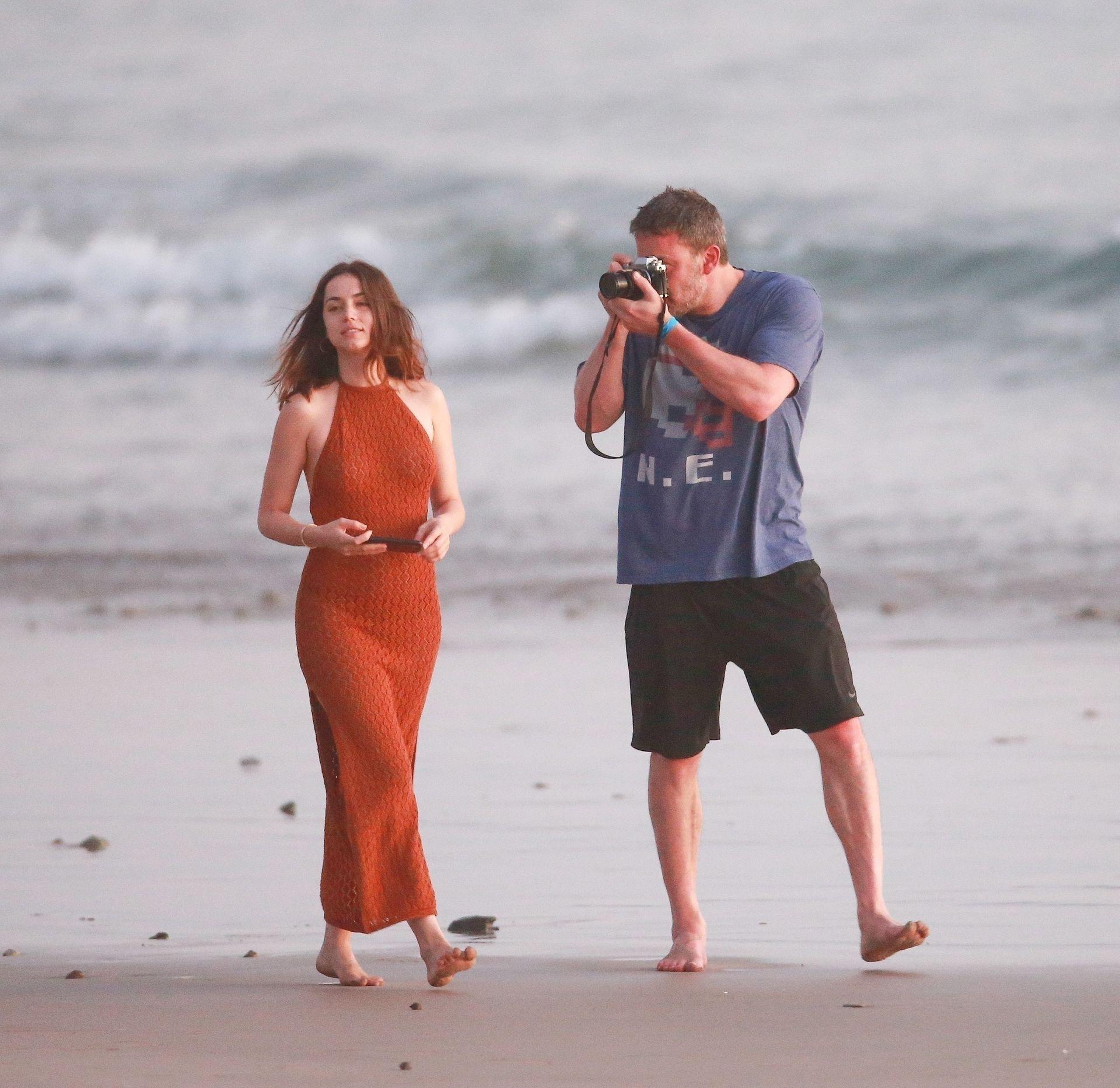 Ben Affleck & Ana De Armas Enjoy A Pda Moment During Romantic Beach Stroll In Costa Rica 0011