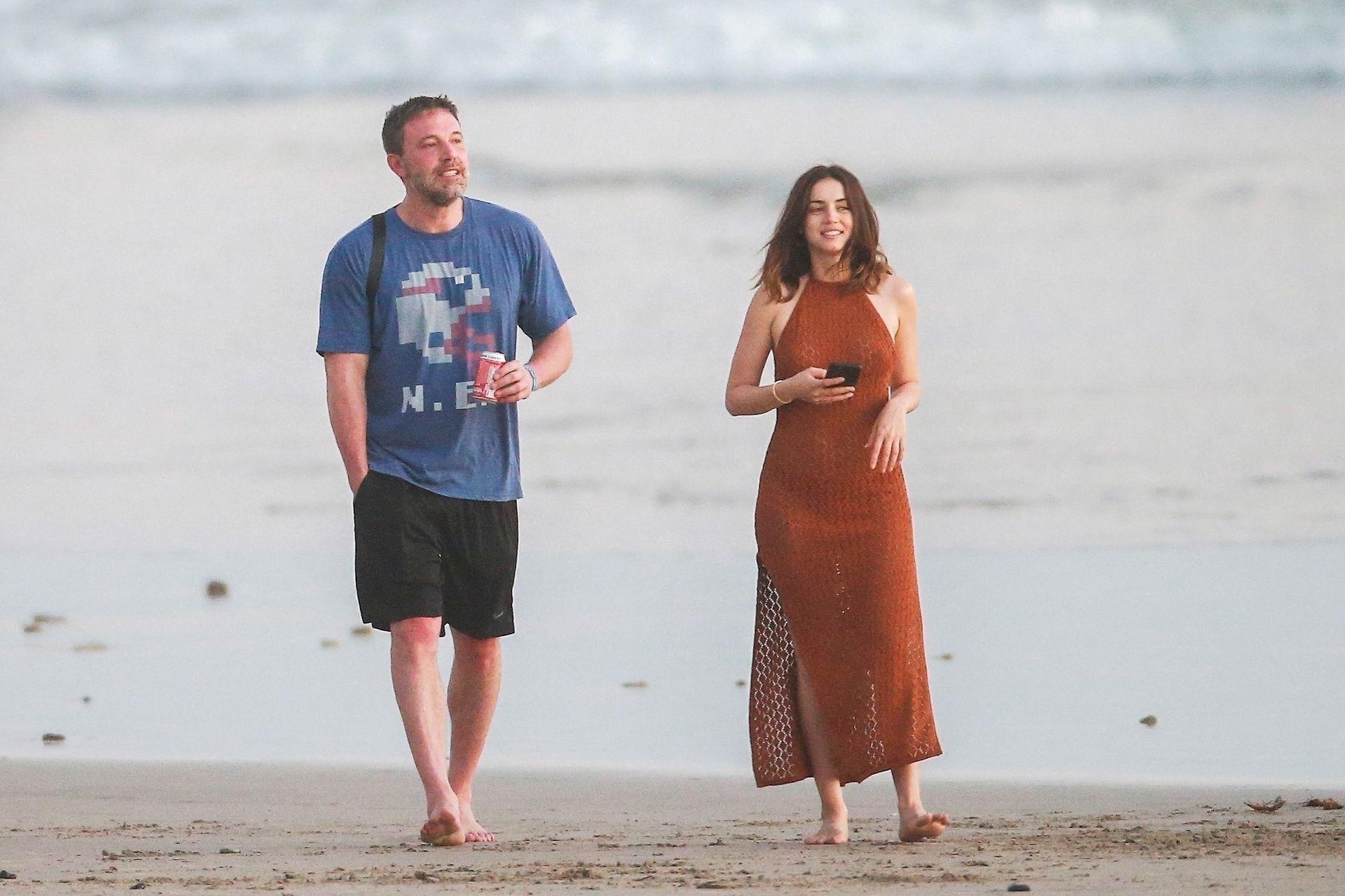 Ben Affleck & Ana De Armas Enjoy A Pda Moment During Romantic Beach Stroll In Costa Rica 0012