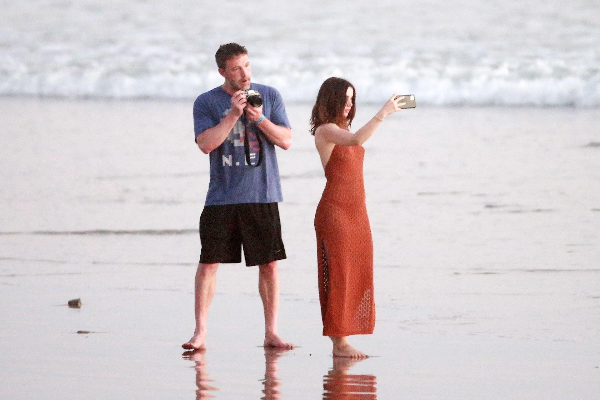 Ben Affleck & Ana De Armas Enjoy A Pda Moment During Romantic Beach Stroll In Costa Rica 0014