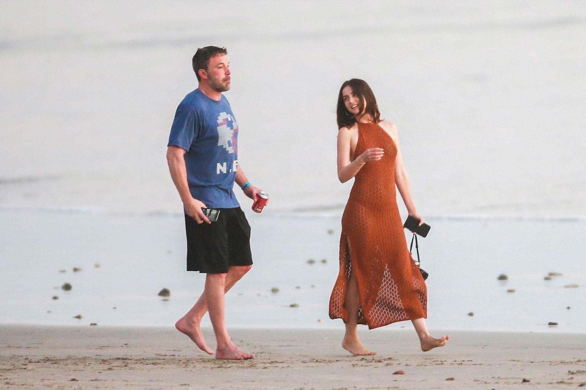 Ben Affleck & Ana De Armas Enjoy A Pda Moment During Romantic Beach Stroll In Costa Rica 0017