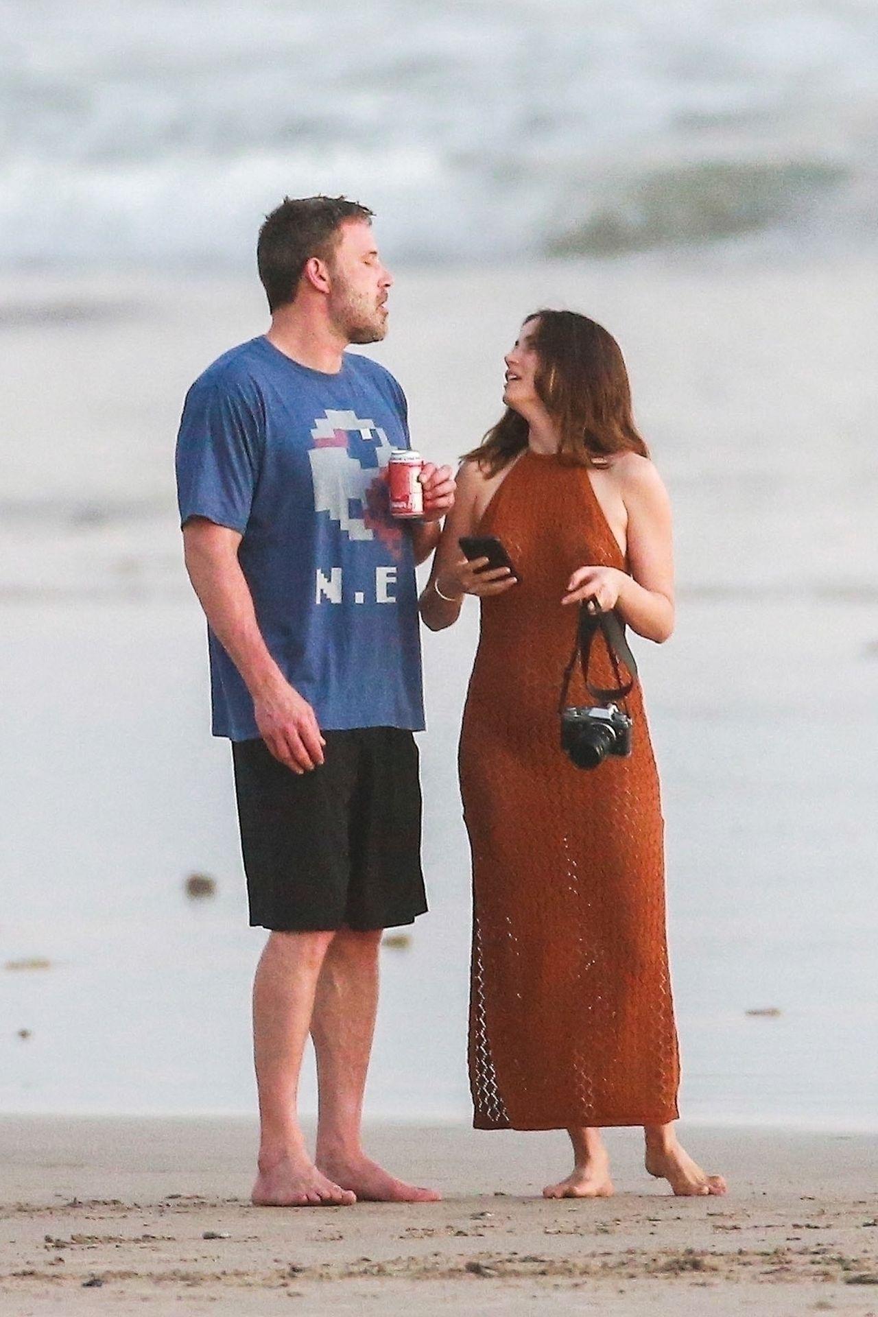 Ben Affleck & Ana De Armas Enjoy A Pda Moment During Romantic Beach Stroll In Costa Rica 0018