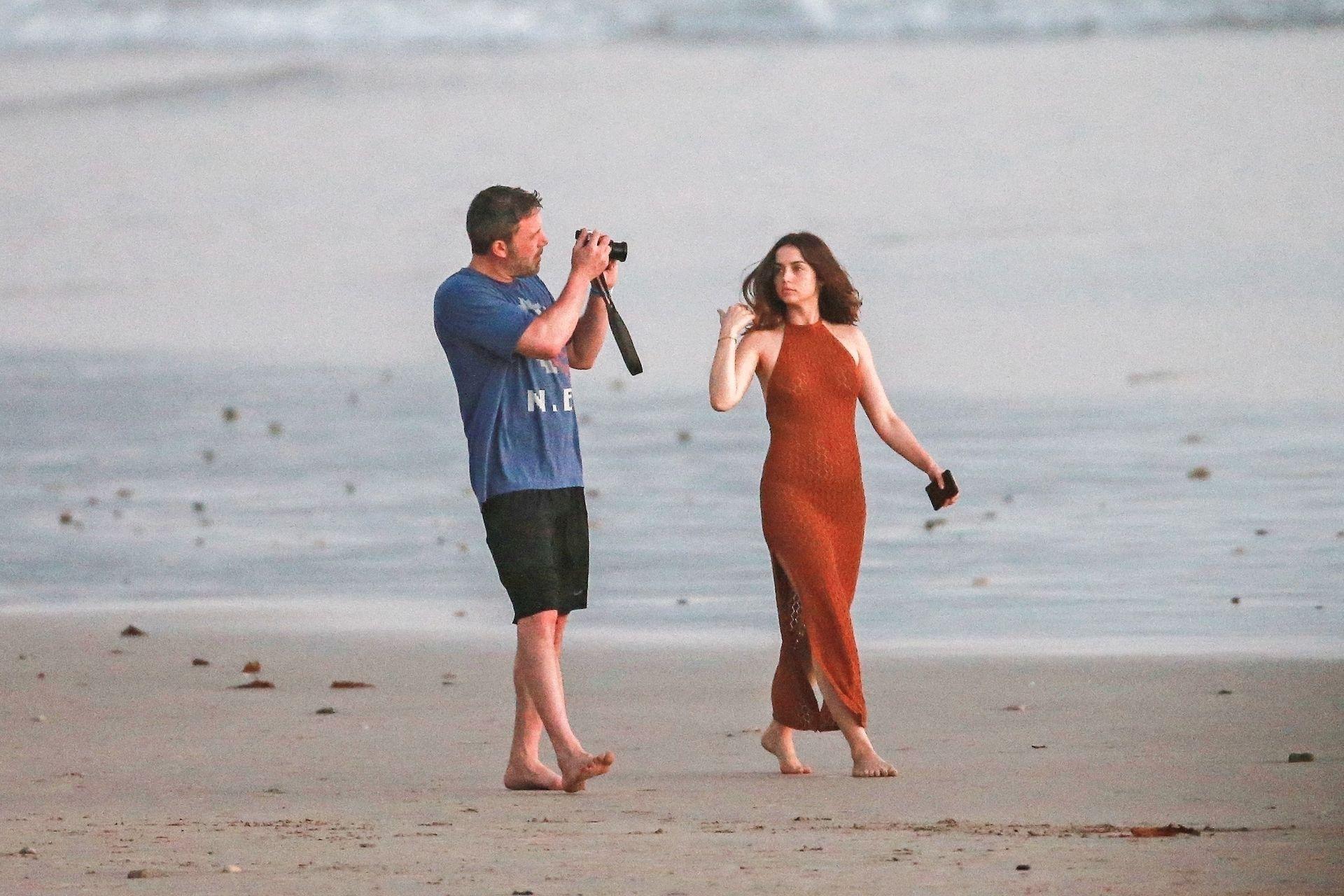 Ben Affleck & Ana De Armas Enjoy A Pda Moment During Romantic Beach Stroll In Costa Rica 0019