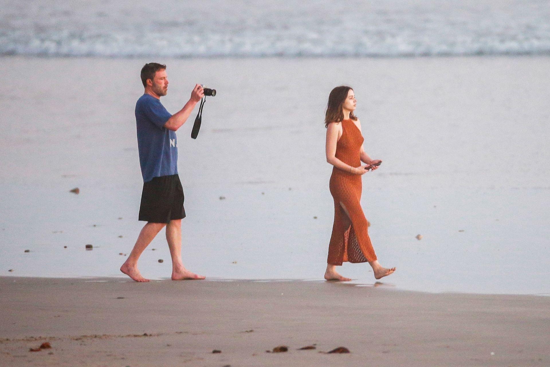 Ben Affleck & Ana De Armas Enjoy A Pda Moment During Romantic Beach Stroll In Costa Rica 0020